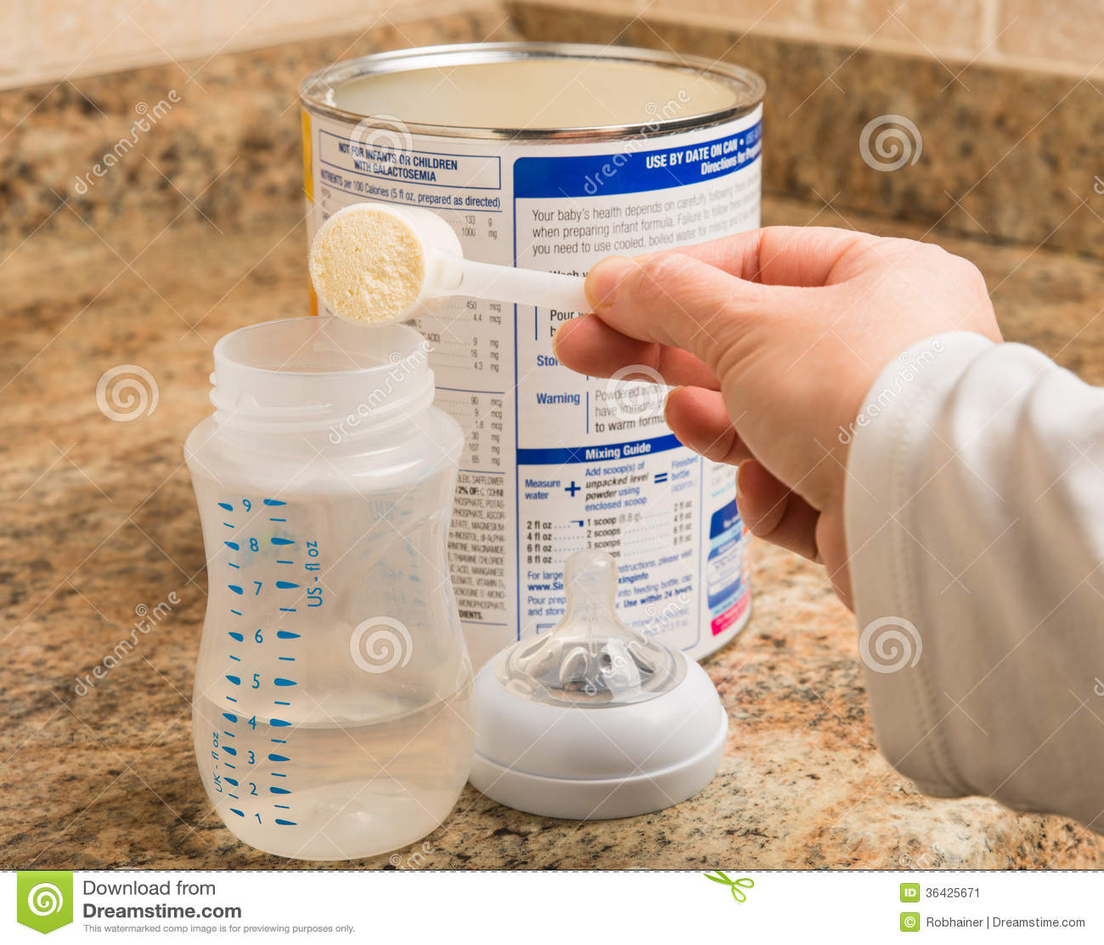 Moeder die flesvoeding voorbereiden