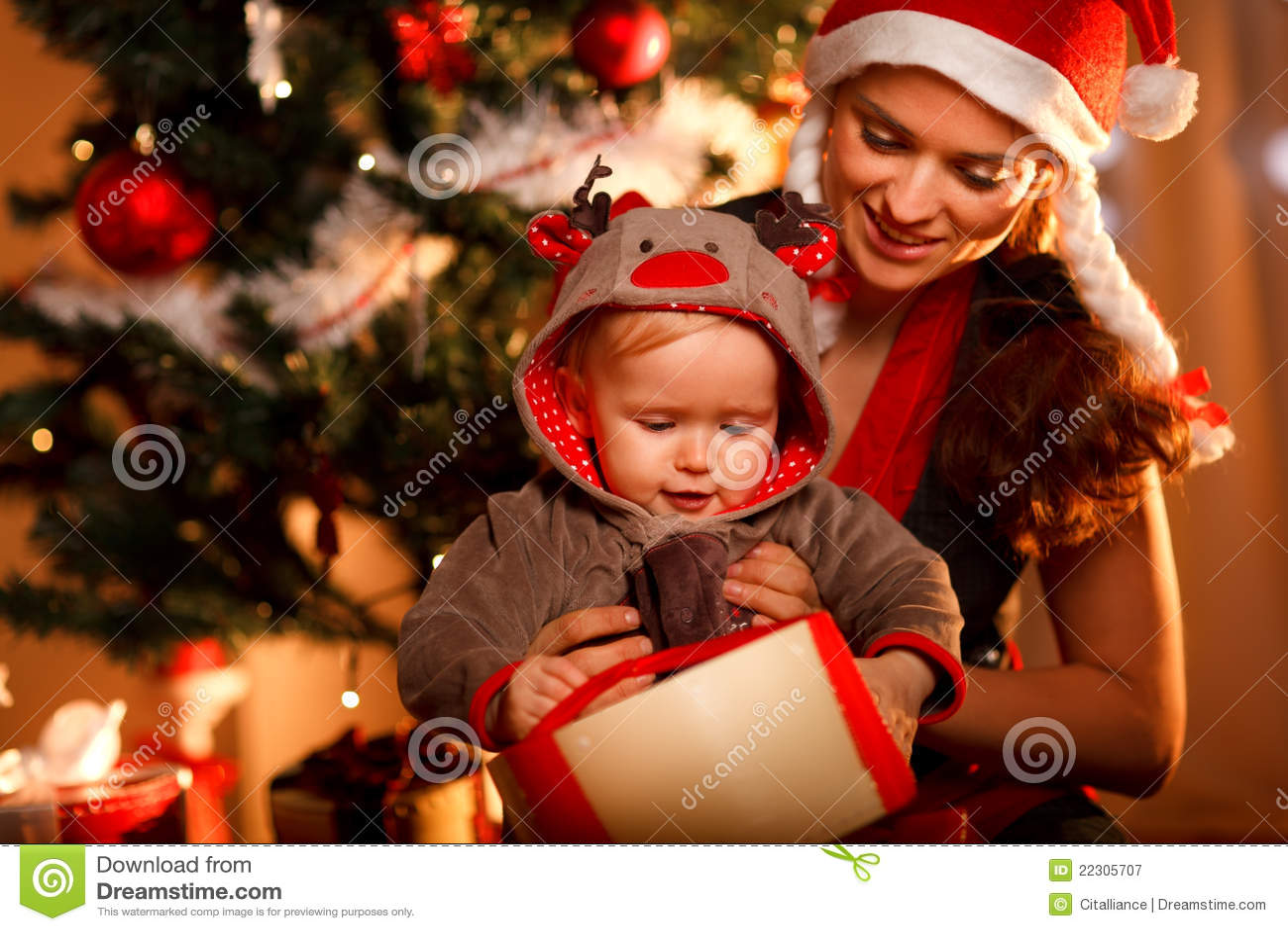 Moeder die geinteresseerde baby open huidige doos helpt
