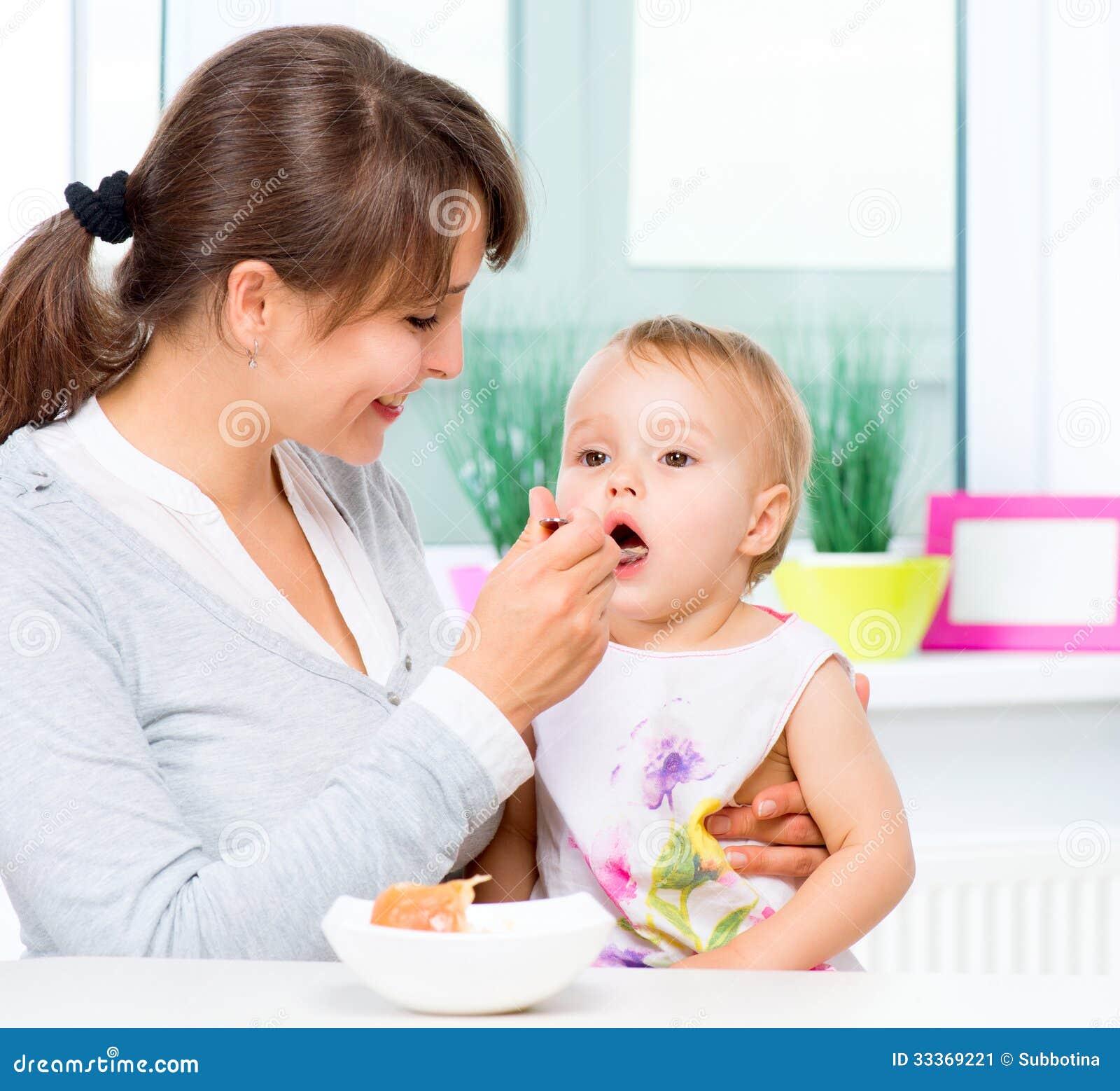 Moeder die Haar Baby voeden