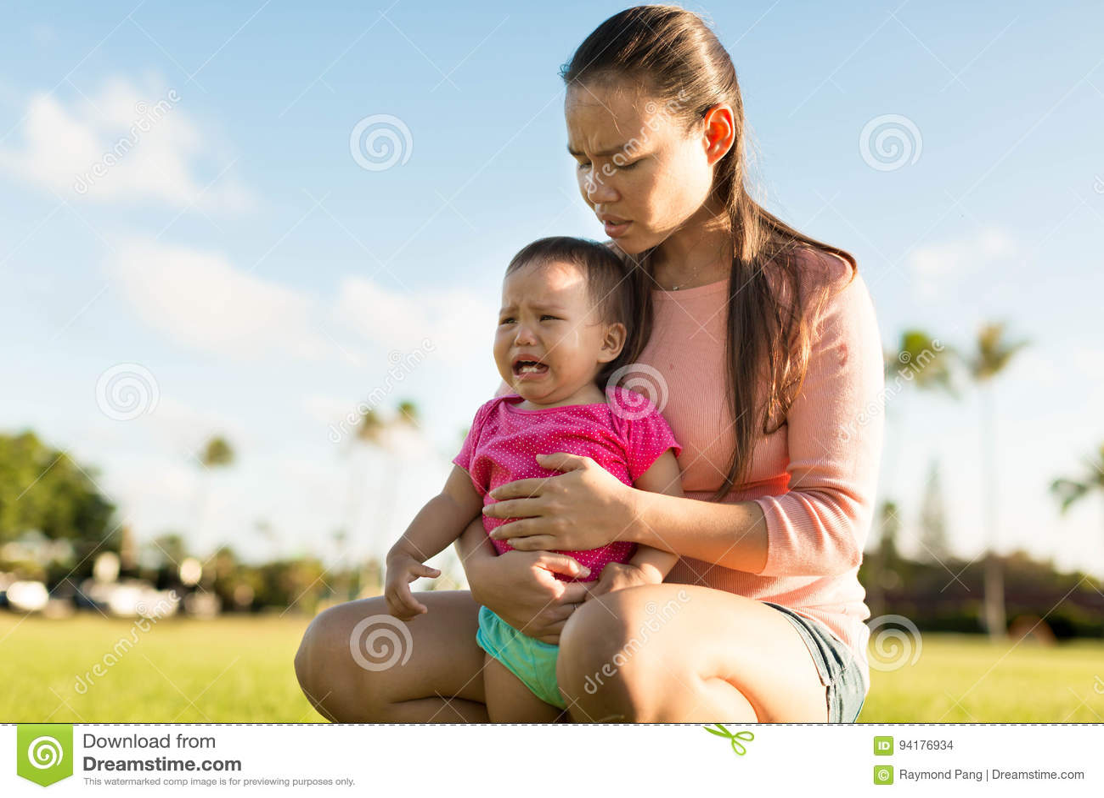 Moeder die haar jongelui verstoorde dochter troosten