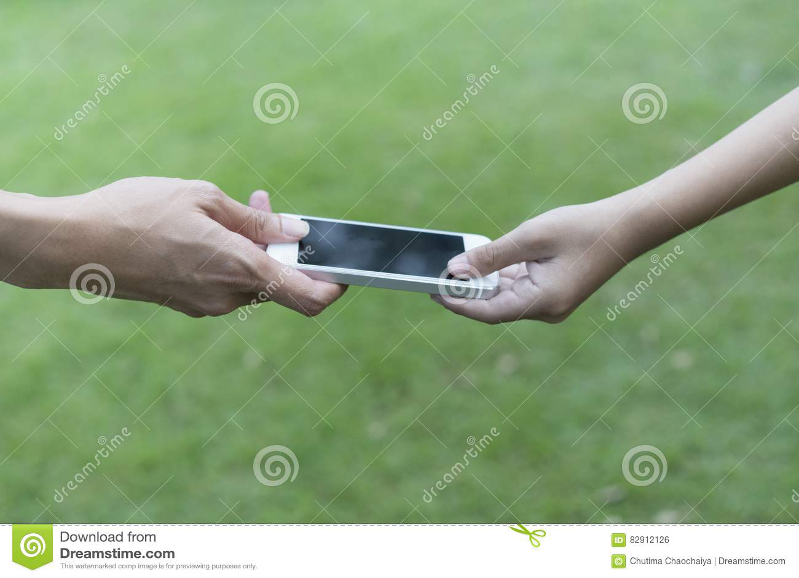Moeder die haar kind een mobiele telefoon geven