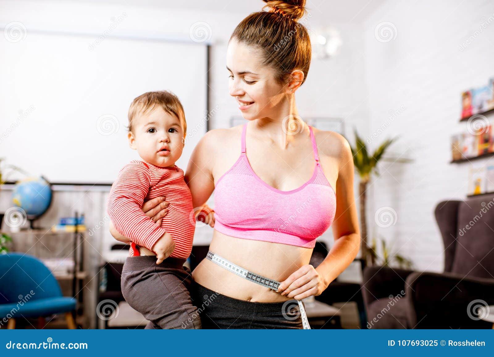 Moeder die haar taille meten