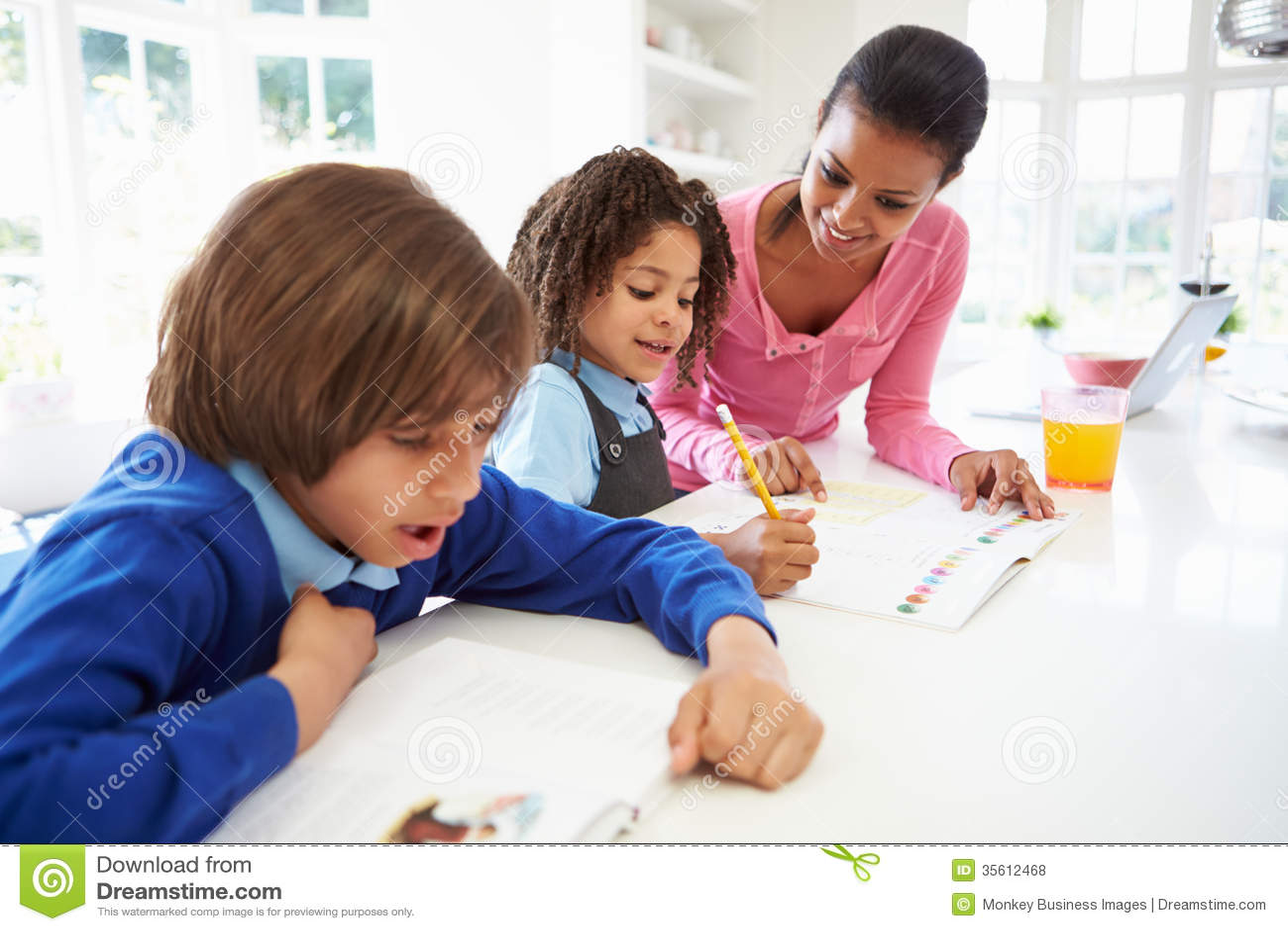 Moeder die Kinderen met Thuiswerk in Keuken helpt