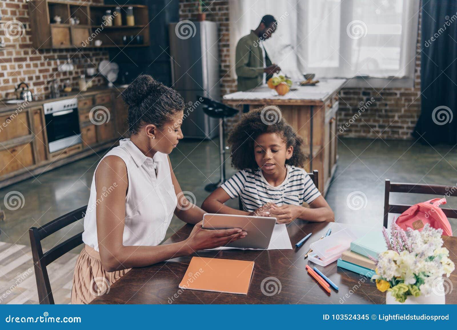 Moeder die meisje digitale tablet tonen