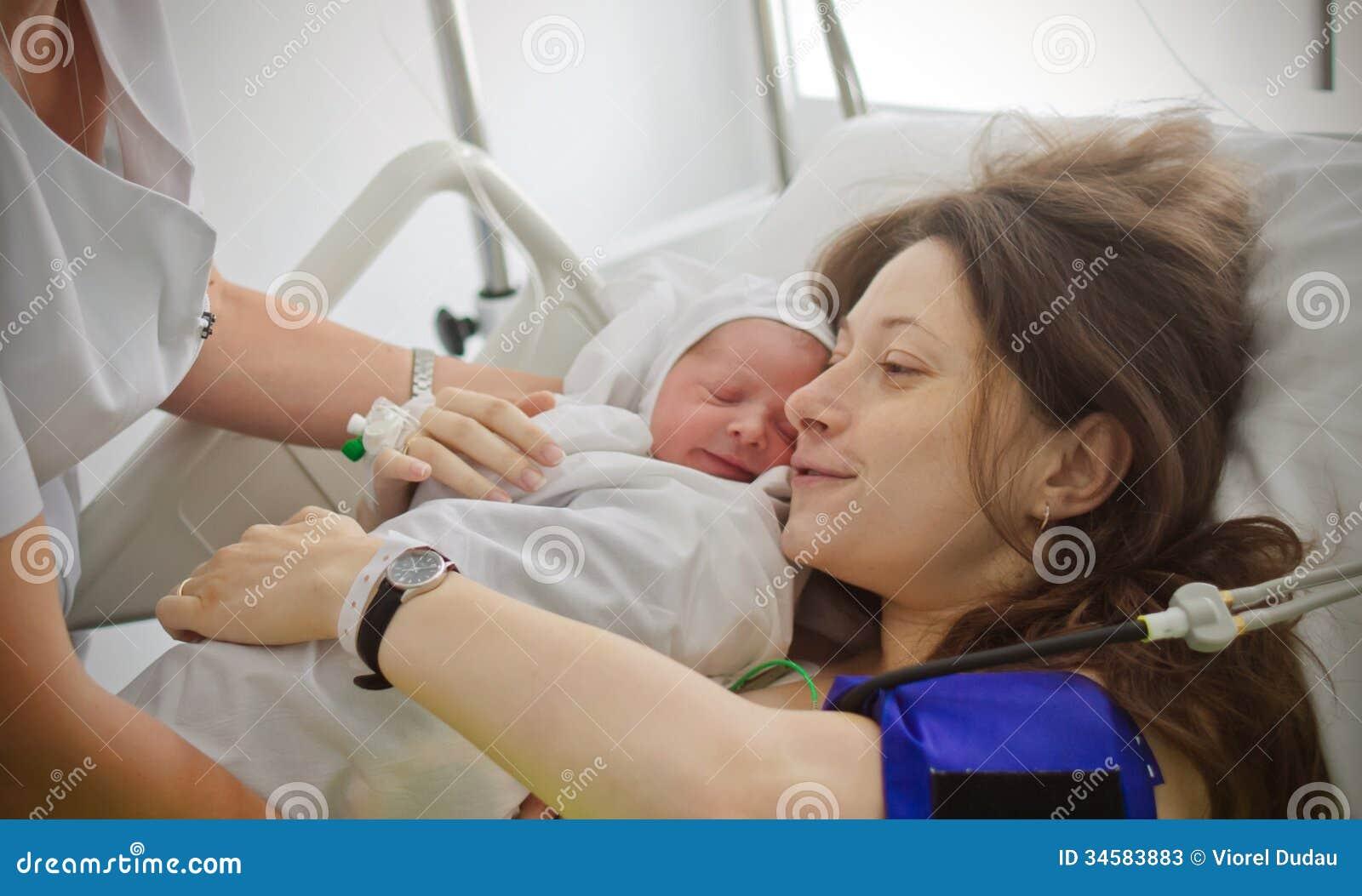 Moeder Die Pasgeboren Baby Houden Stock Foto's ...