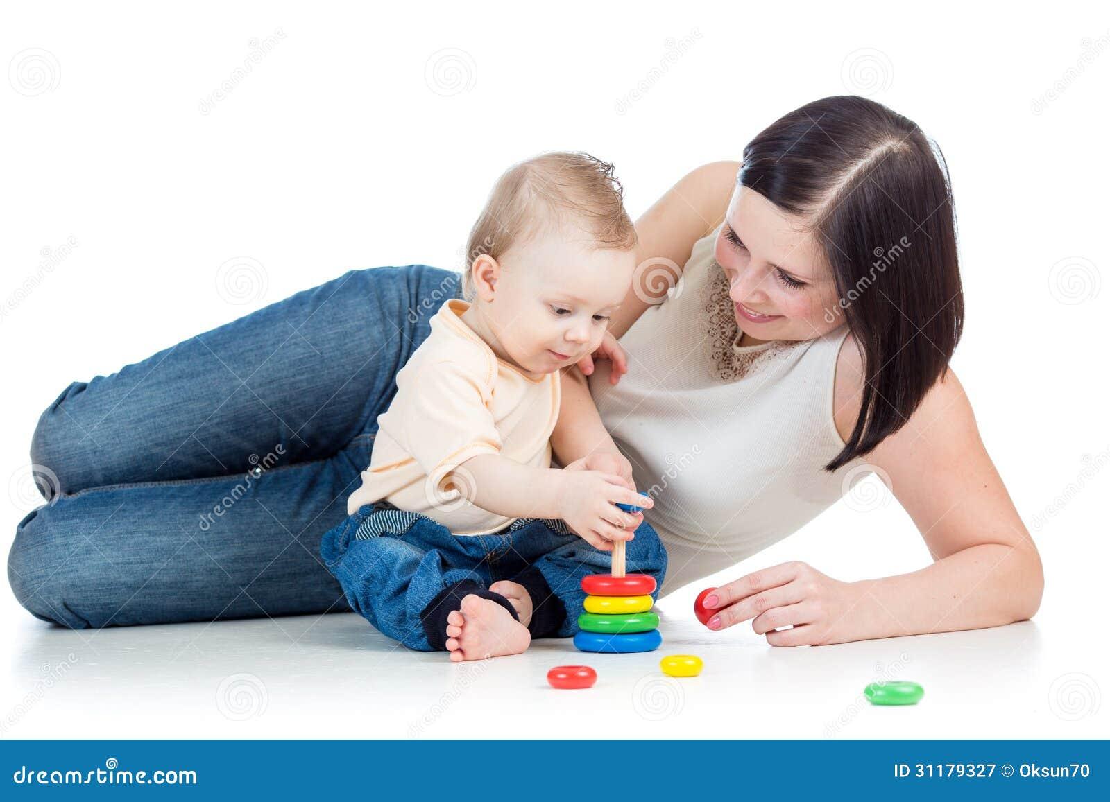 Moeder en baby de piramidestuk speelgoed van het jongensspel