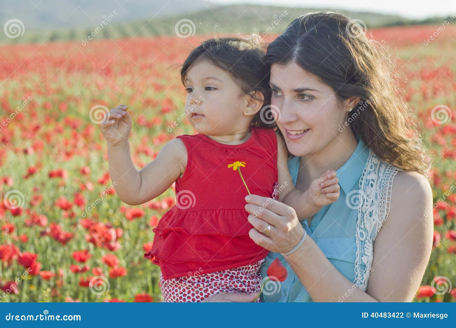 Moeder en baby in openlucht