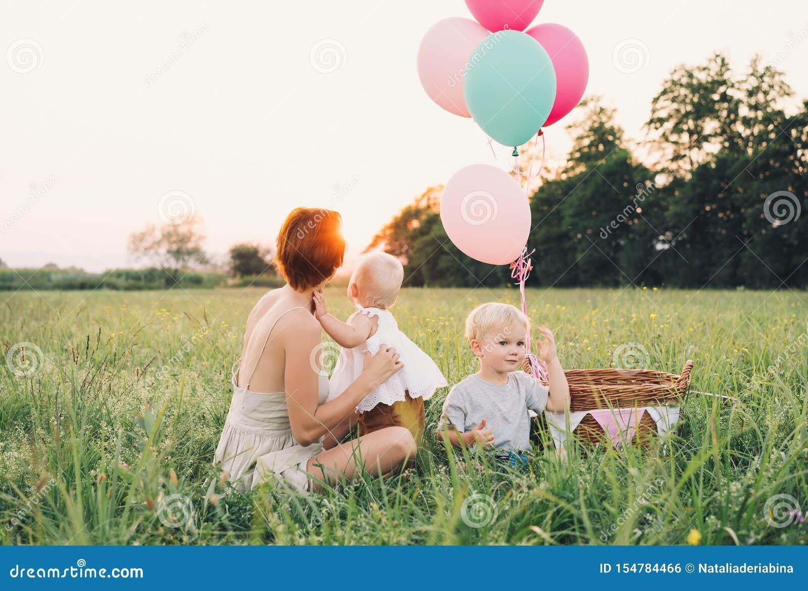 Moeder en baby in openlucht Familie op aard