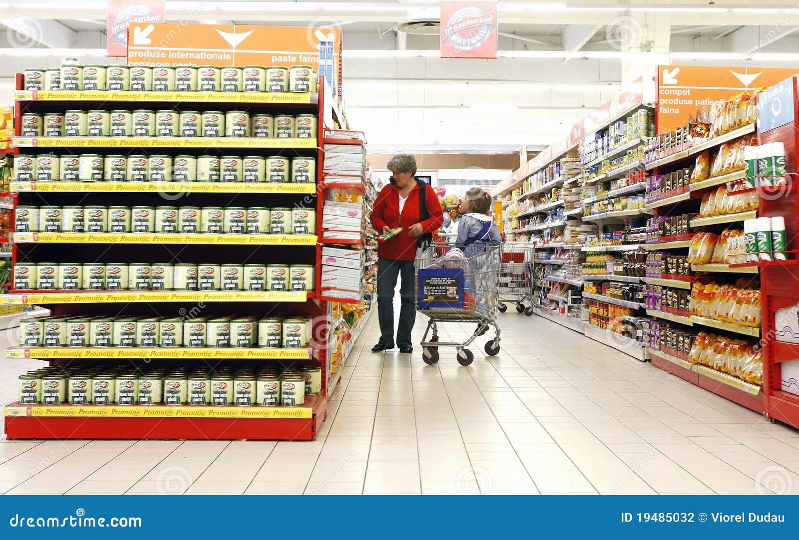 Moeder en dochter bij supermarkt