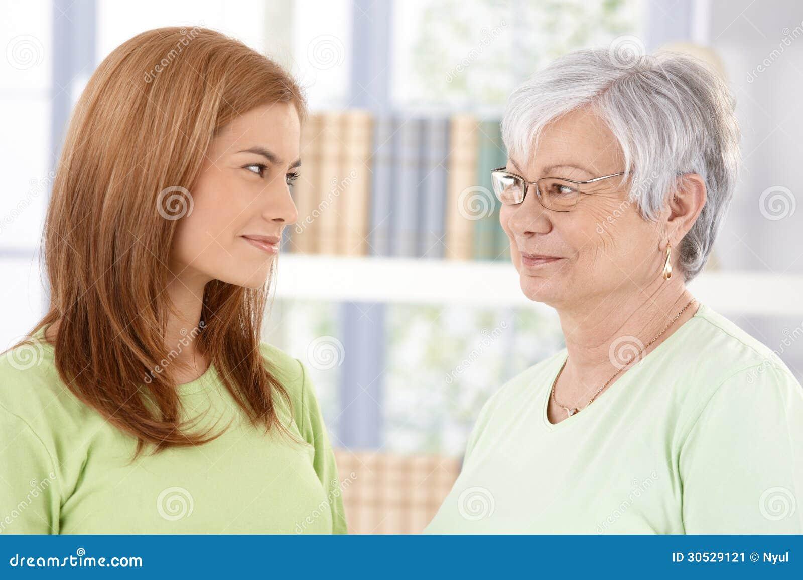 Moeder en dochter die affectionately glimlachen