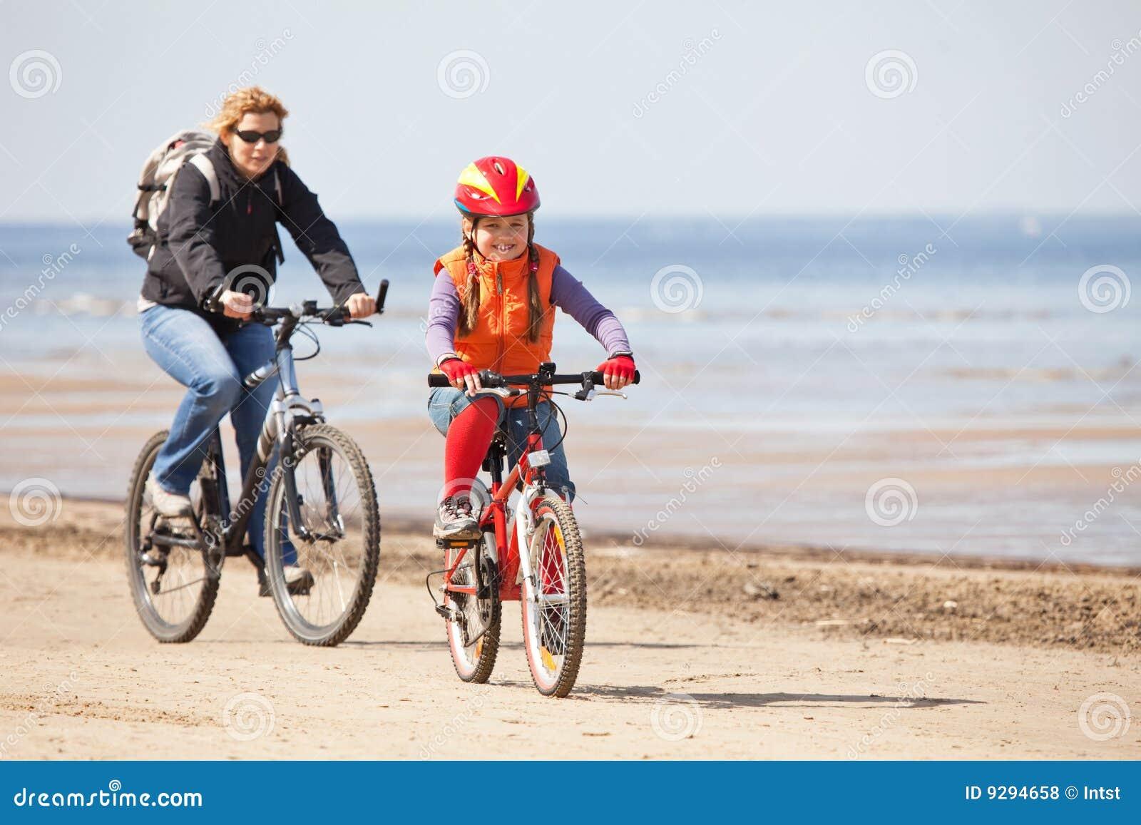 Moeder en dochter die op fietsen berijden