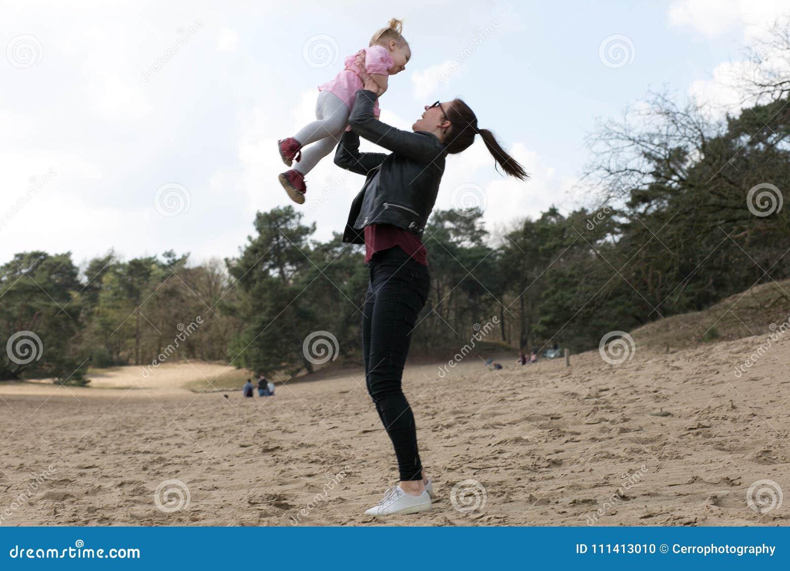 Moeder en dochter die pret hebben buiten
