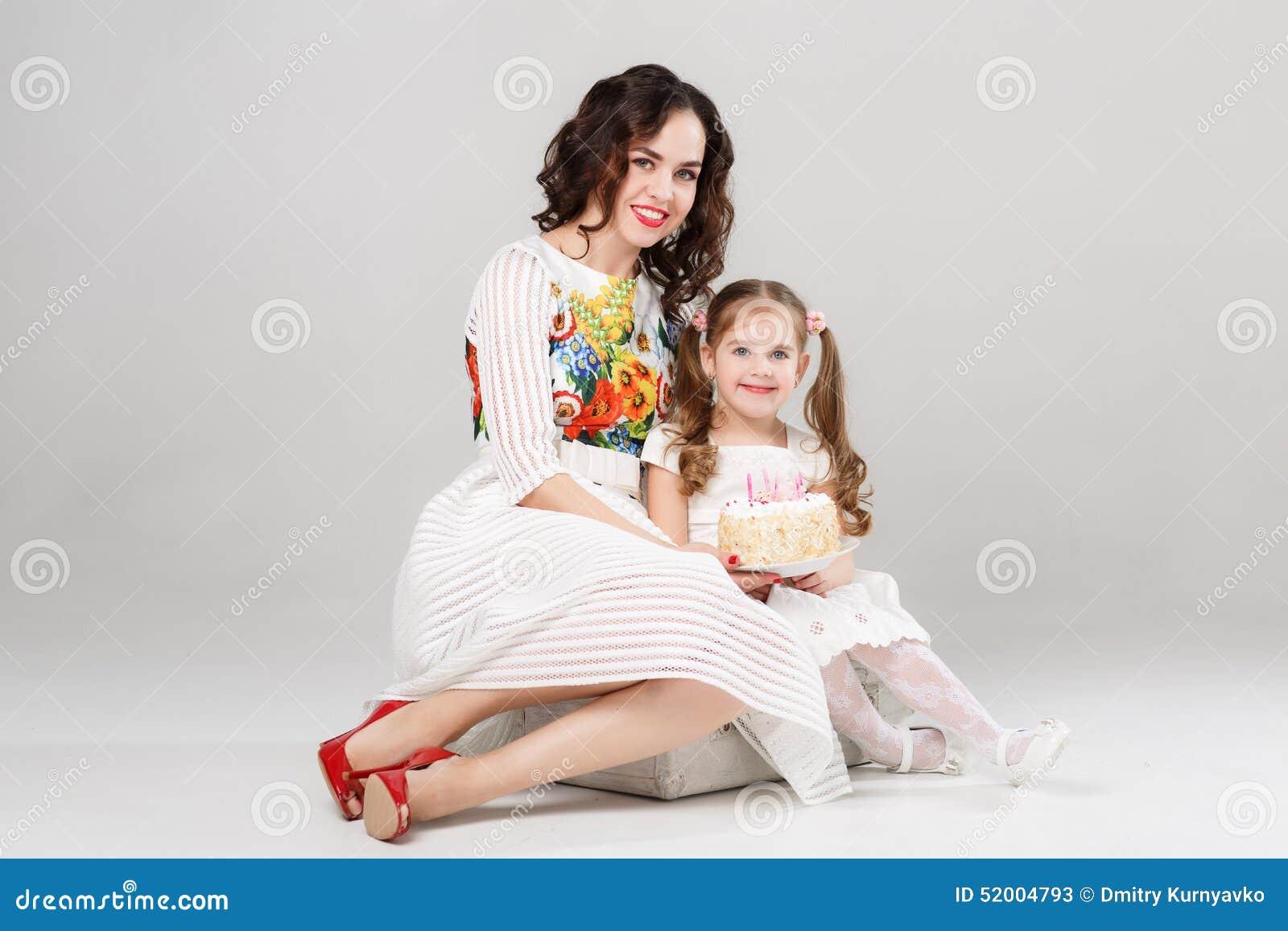 Moeder En Dochter Die Pret Hebben Die Samen Verjaardag Vieren Stock