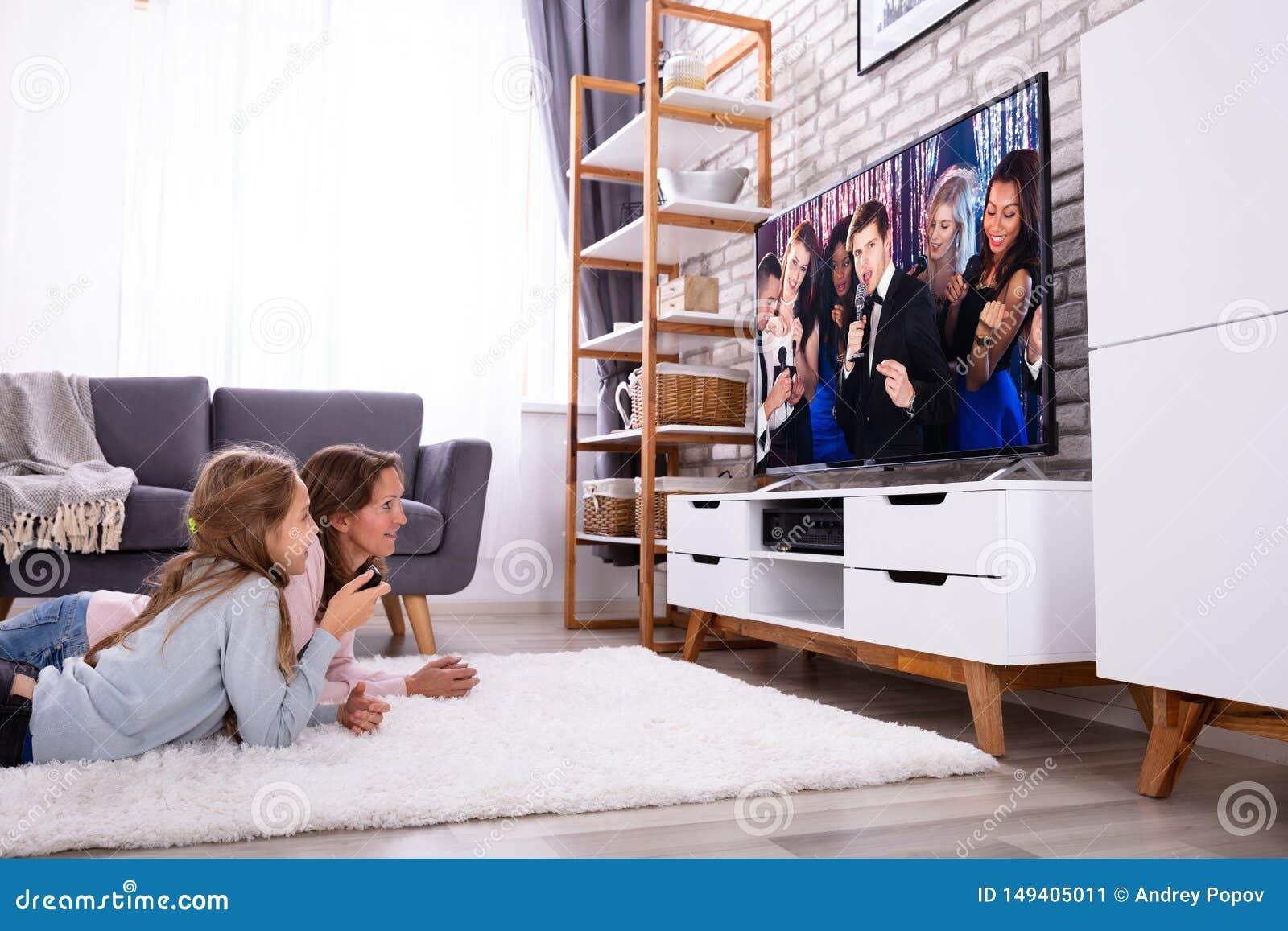 Moeder en Dochter het Letten op Televisie