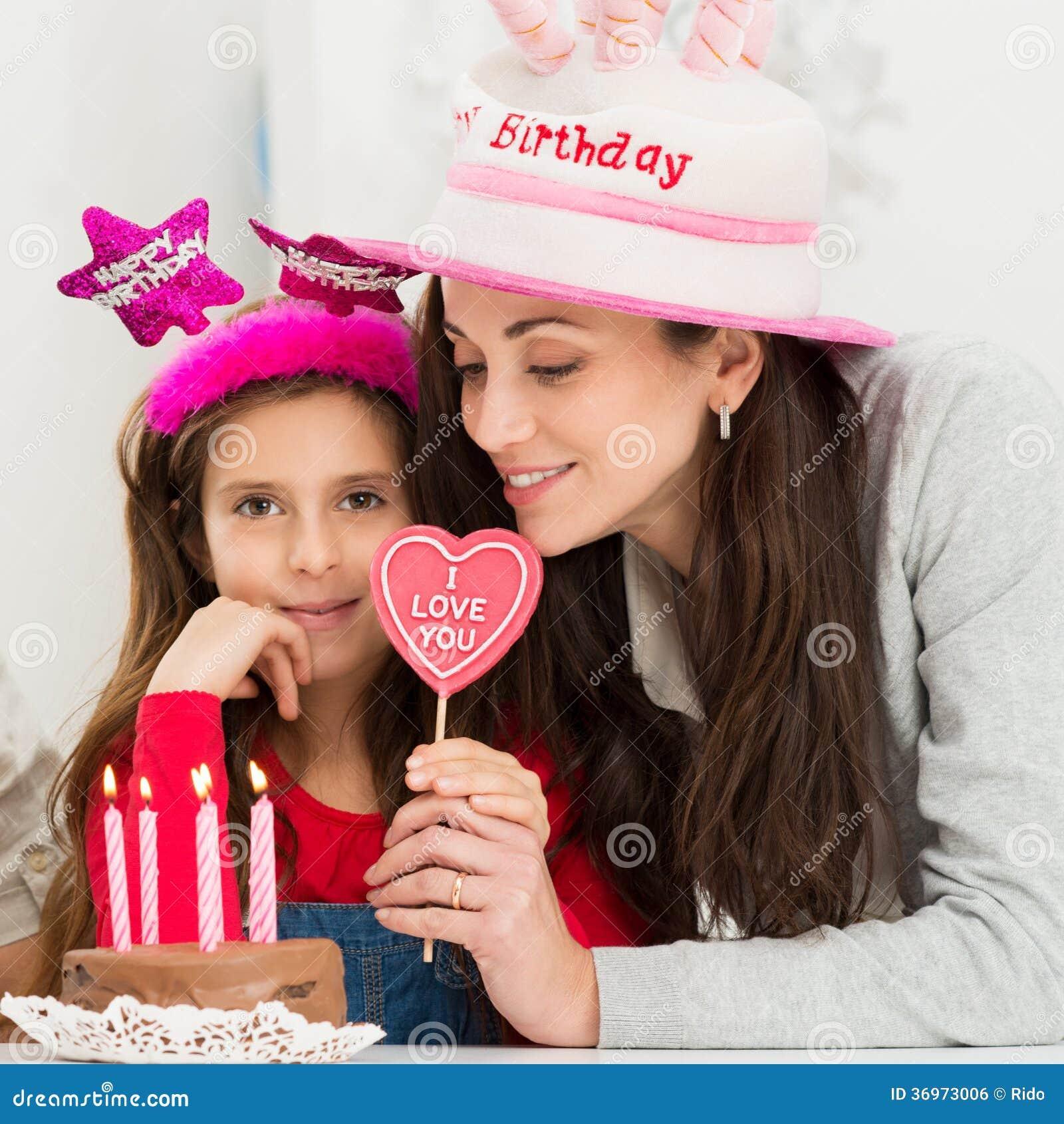 Moeder En Dochter Het Vieren Verjaardag Stock Foto Afbeelding