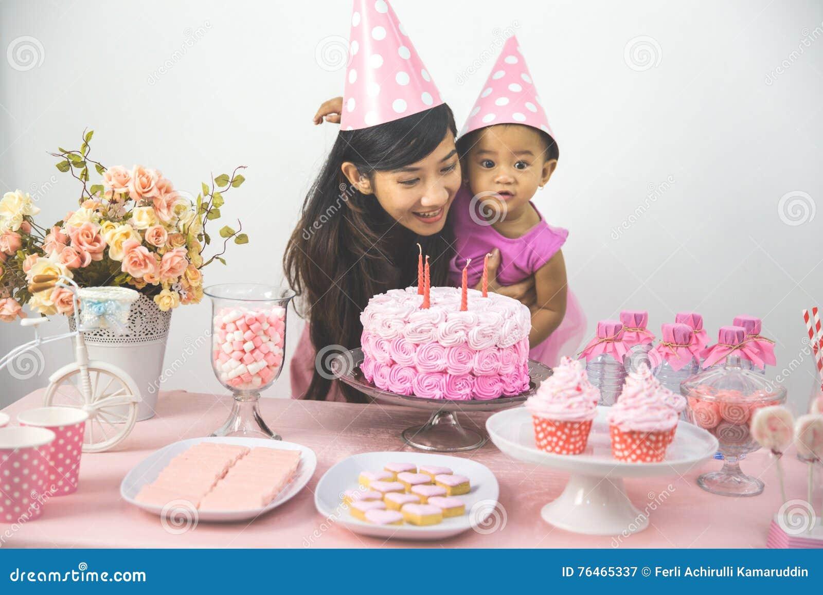 Moeder En Dochter Het Vieren Verjaardag Stock Afbeelding