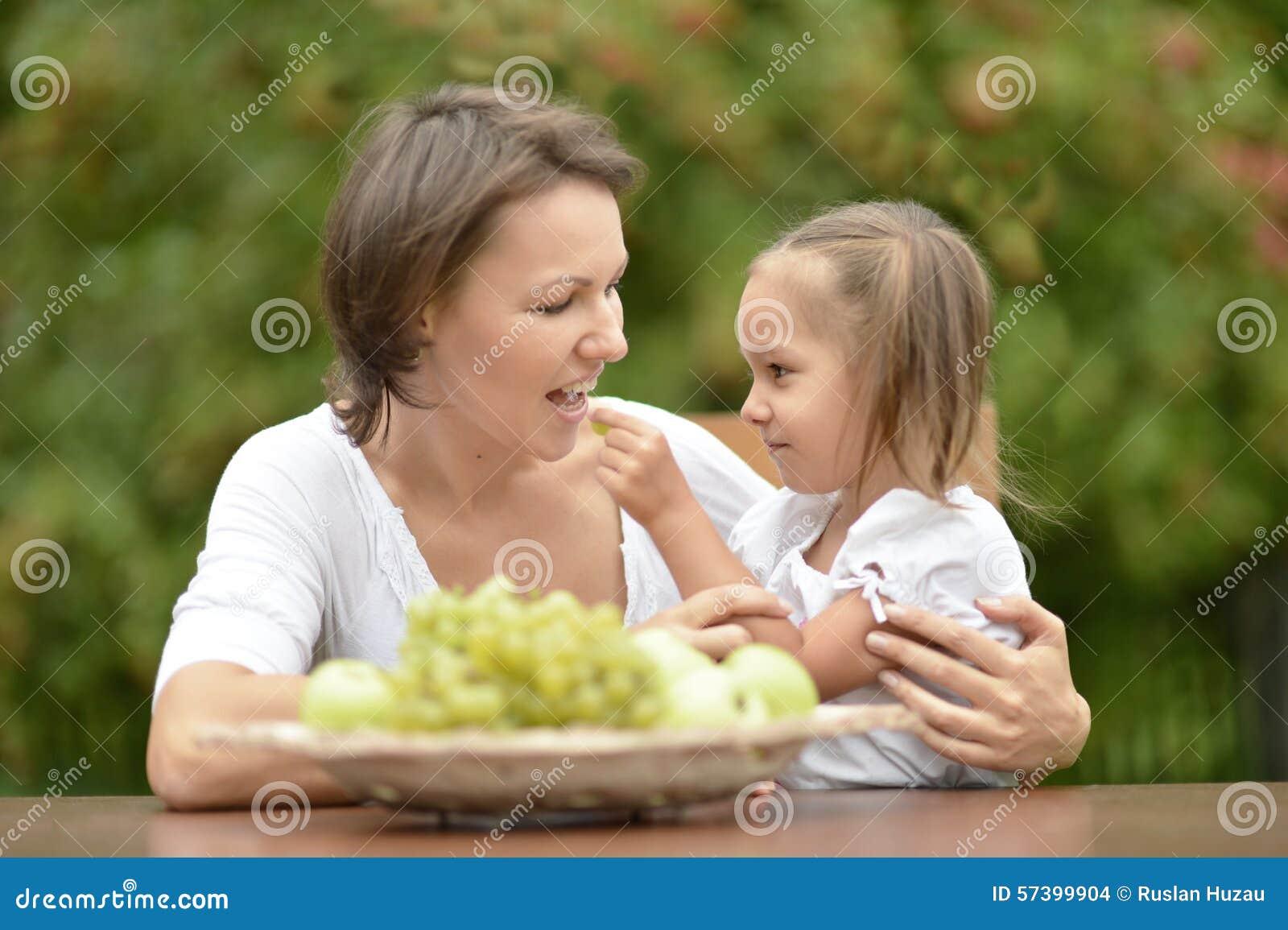 Moeder en dochter met vruchten