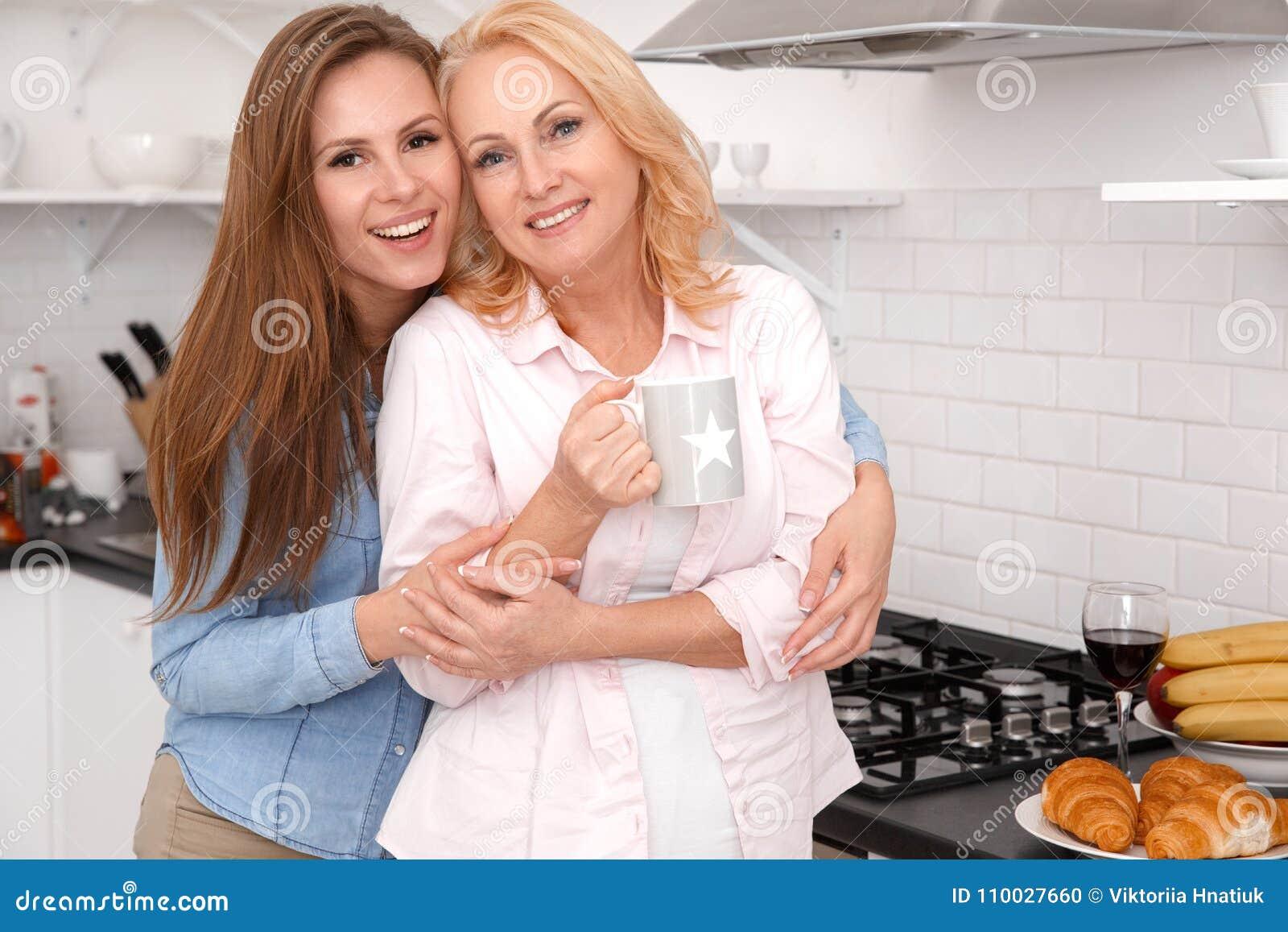 Moeder en dochter samen thuis weekend die camera het drinken thee kijken
