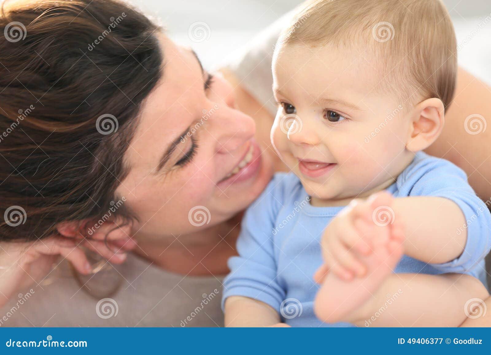 Moeder en haar baby het glimlachen