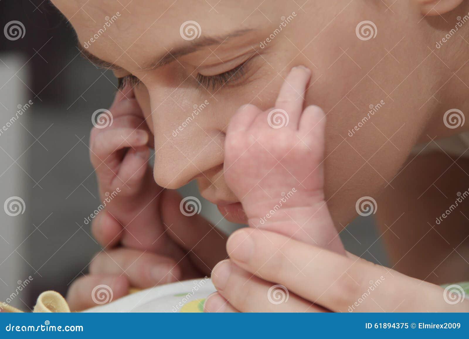 Moeder en haar Pasgeboren Baby, de pasgeborenenhanden van de Ouderholding