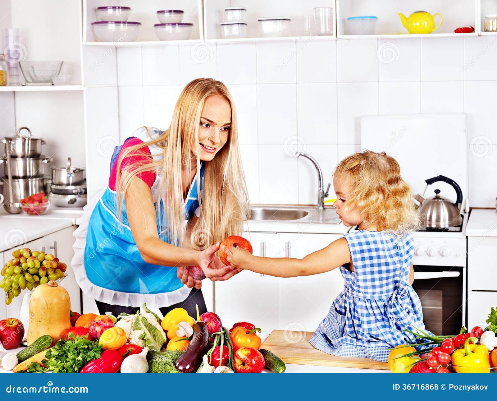 Moeder en kind het koken bij keuken stock foto afbeelding 36716868 - Kind ruimte luxe ...