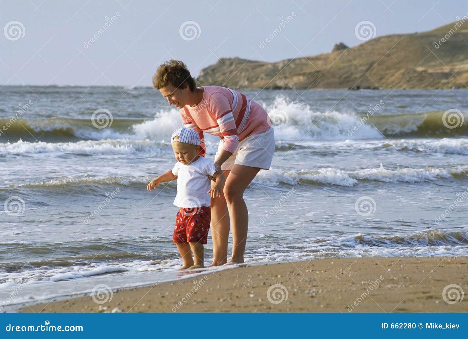 Moeder en kind op een strand