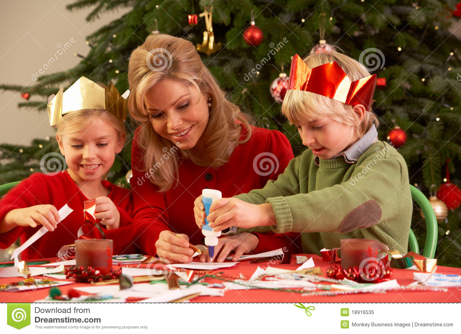 Moeder En Kinderen Die Kerstkaarten Maken Stock Afbeelding