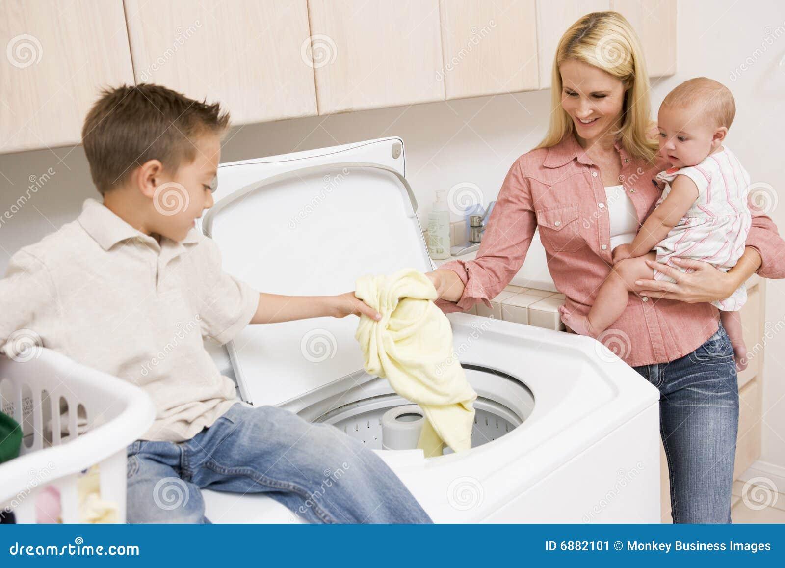 Moeder en Kinderen die Wasserij doen
