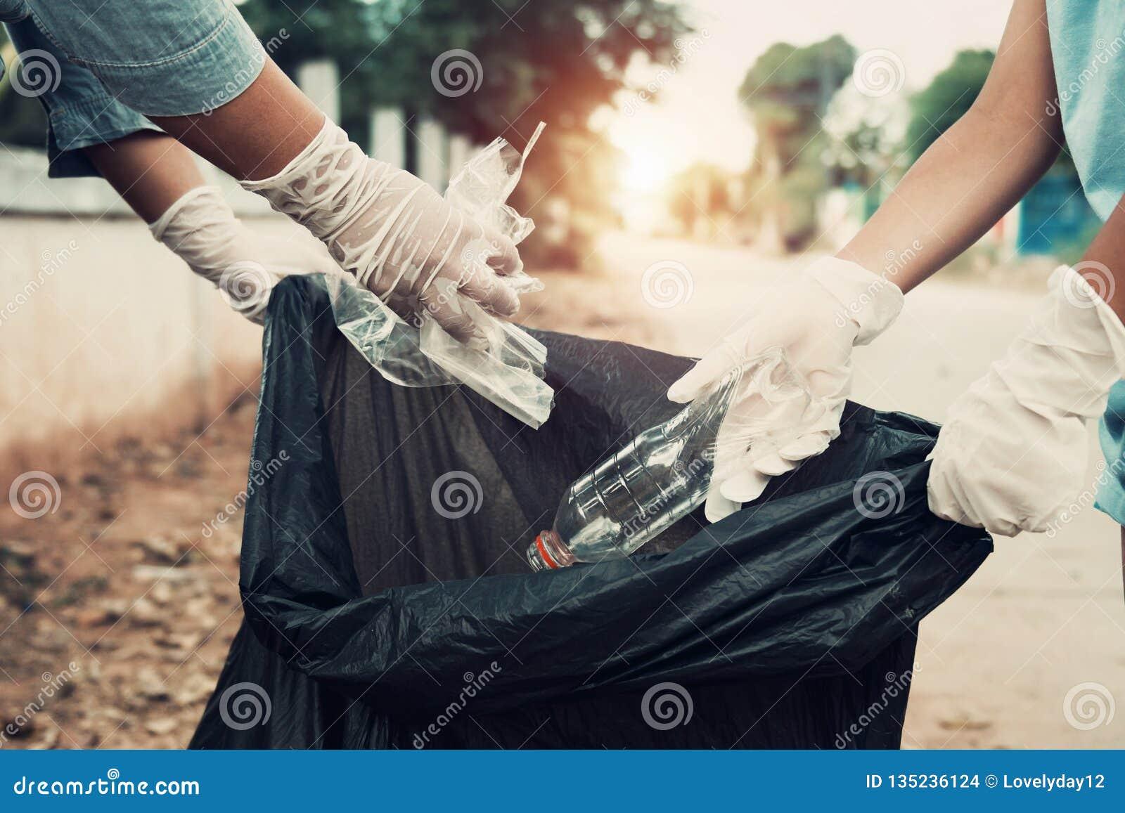 Moeder en kindhulp die afval opnemen