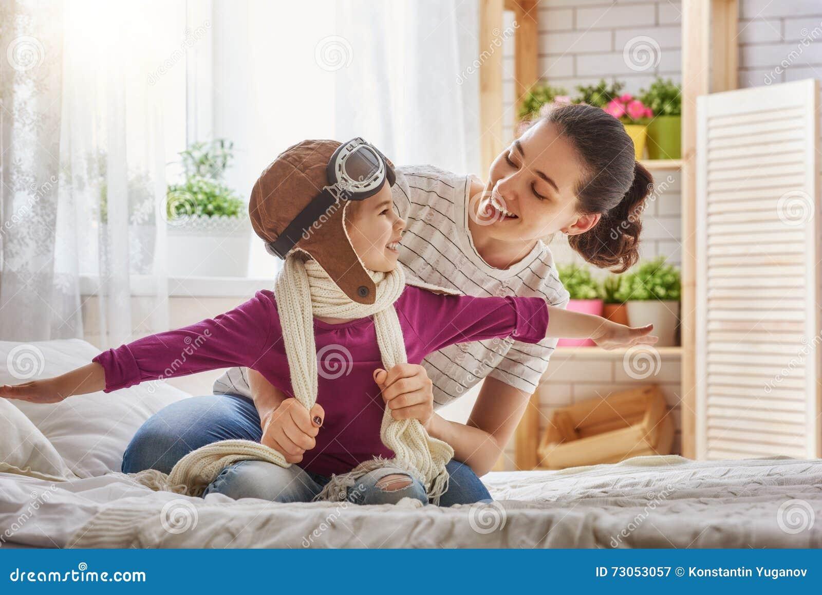 Moeder en kindmeisje het spelen
