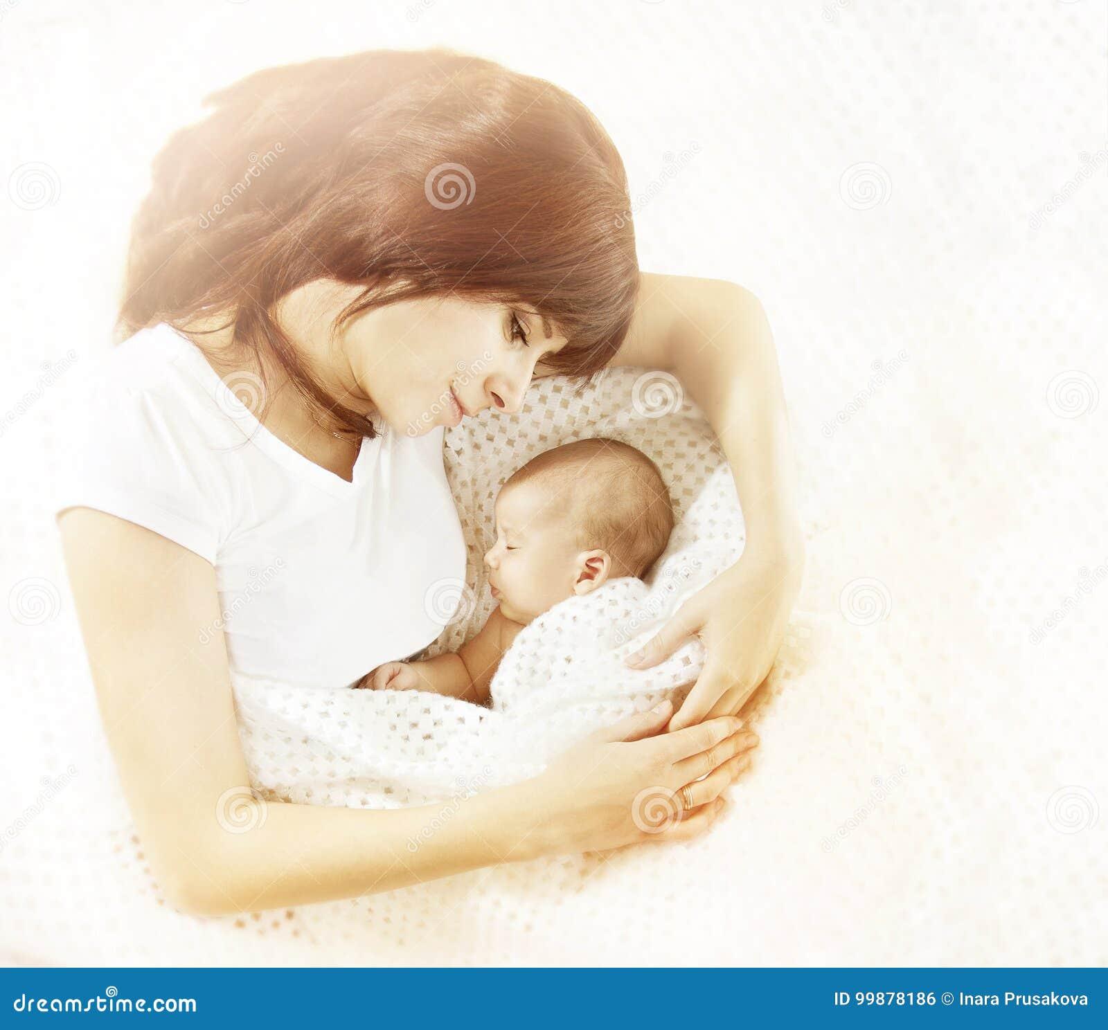 Moeder en Pasgeboren Babyfamilie, Mamma die aan Nieuw kijken - geboren Kind