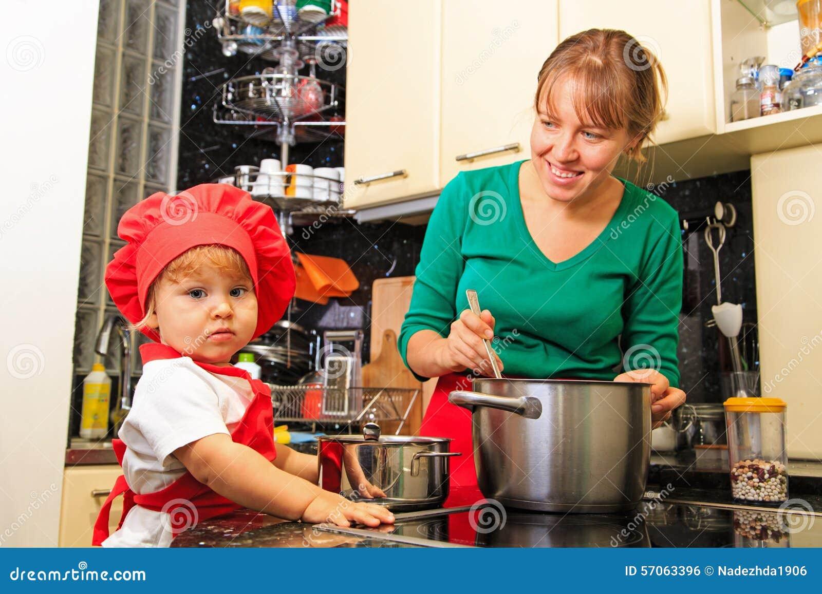 Moeder en weinig dochter het koken in de keuken