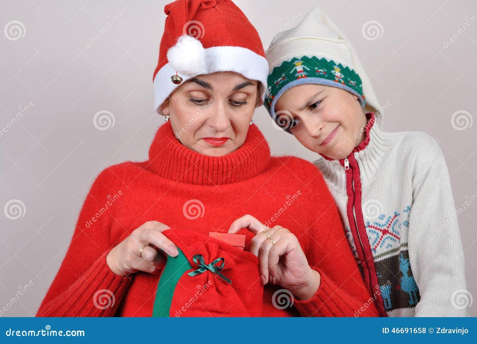 Moeder en zoon die aanwezige Kerstmis bekijken
