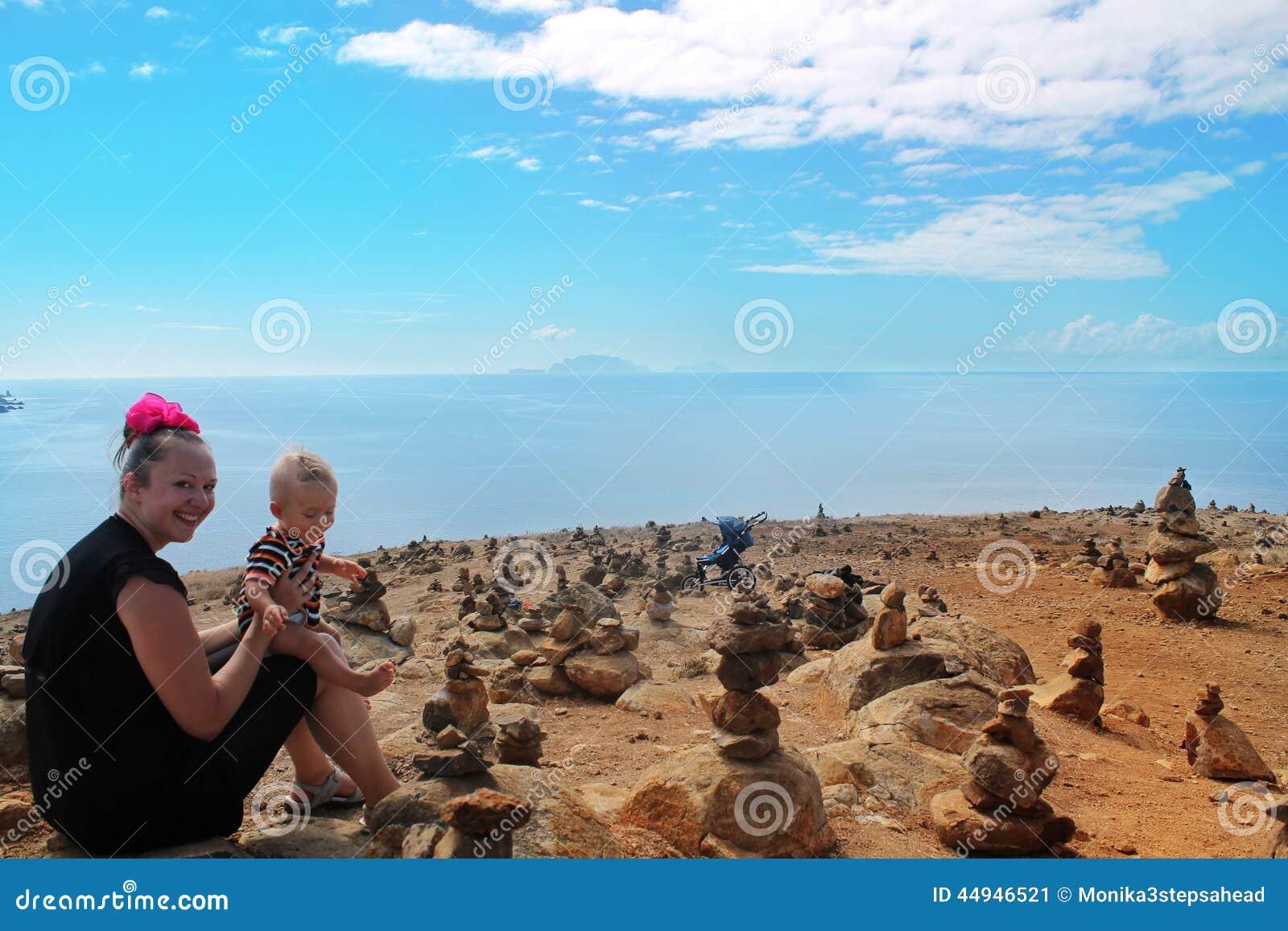 Moeder en zoon op steenwoestijn