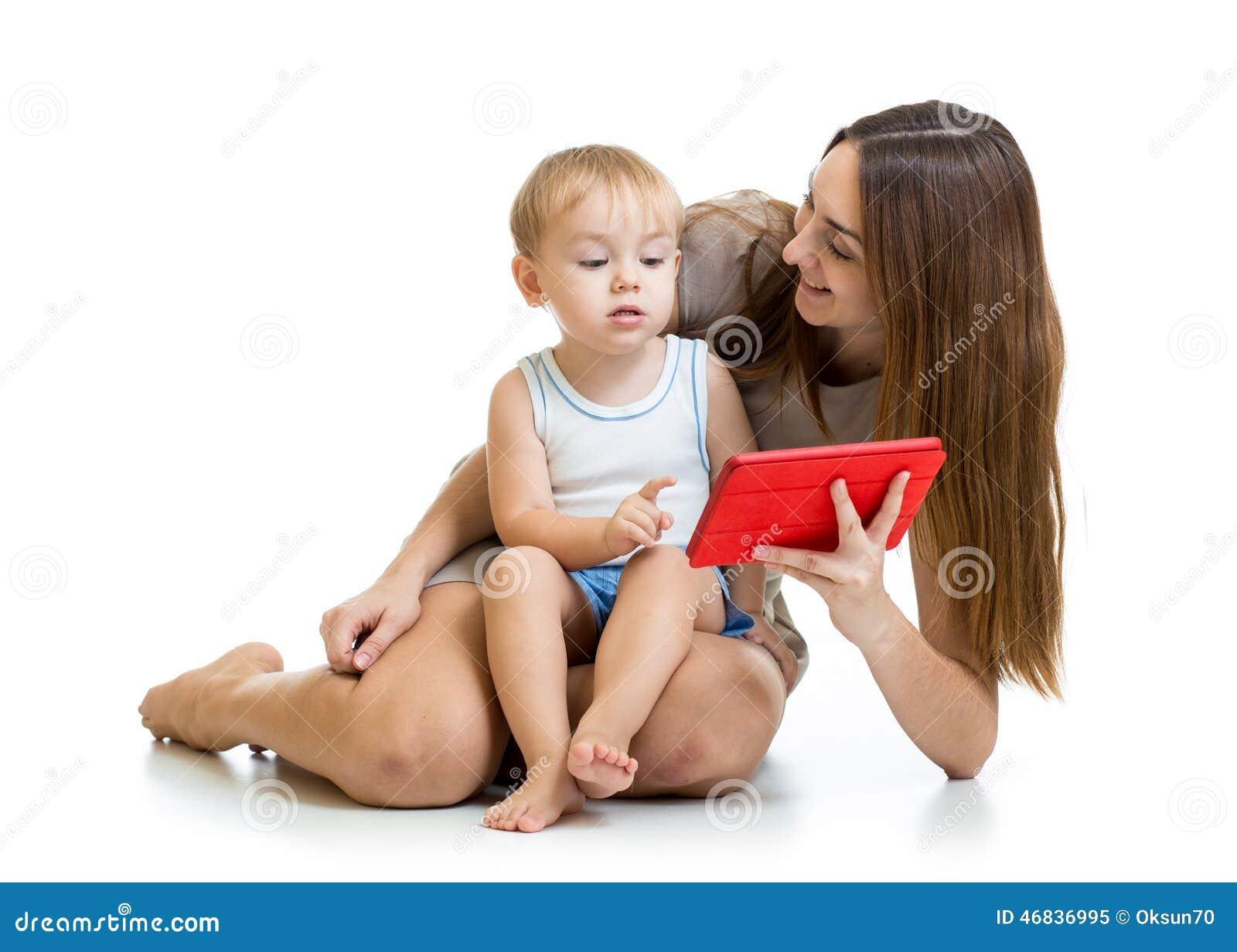 Moeder en zoonskindspel met tabletpc