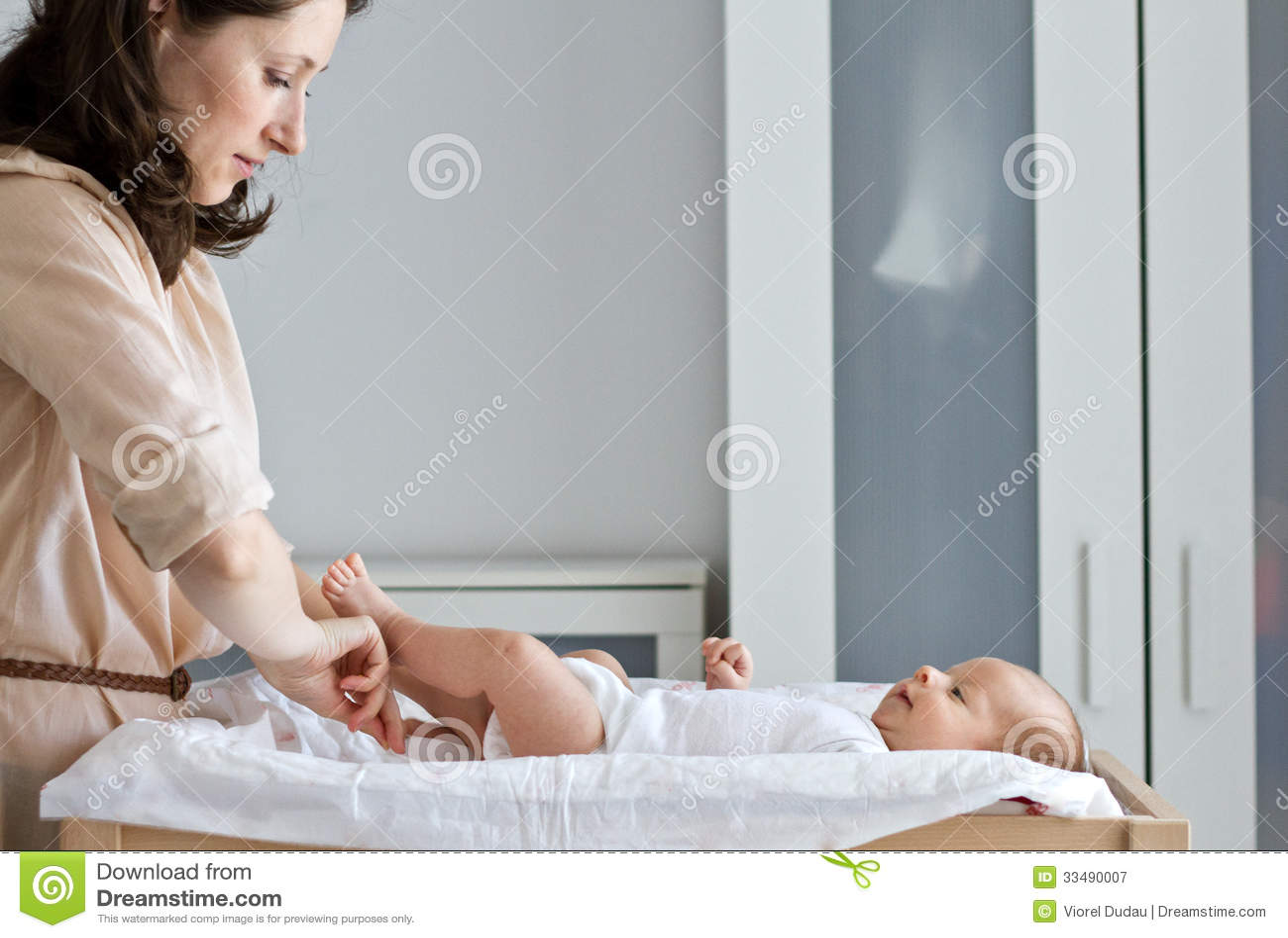 Moeder kledende baby