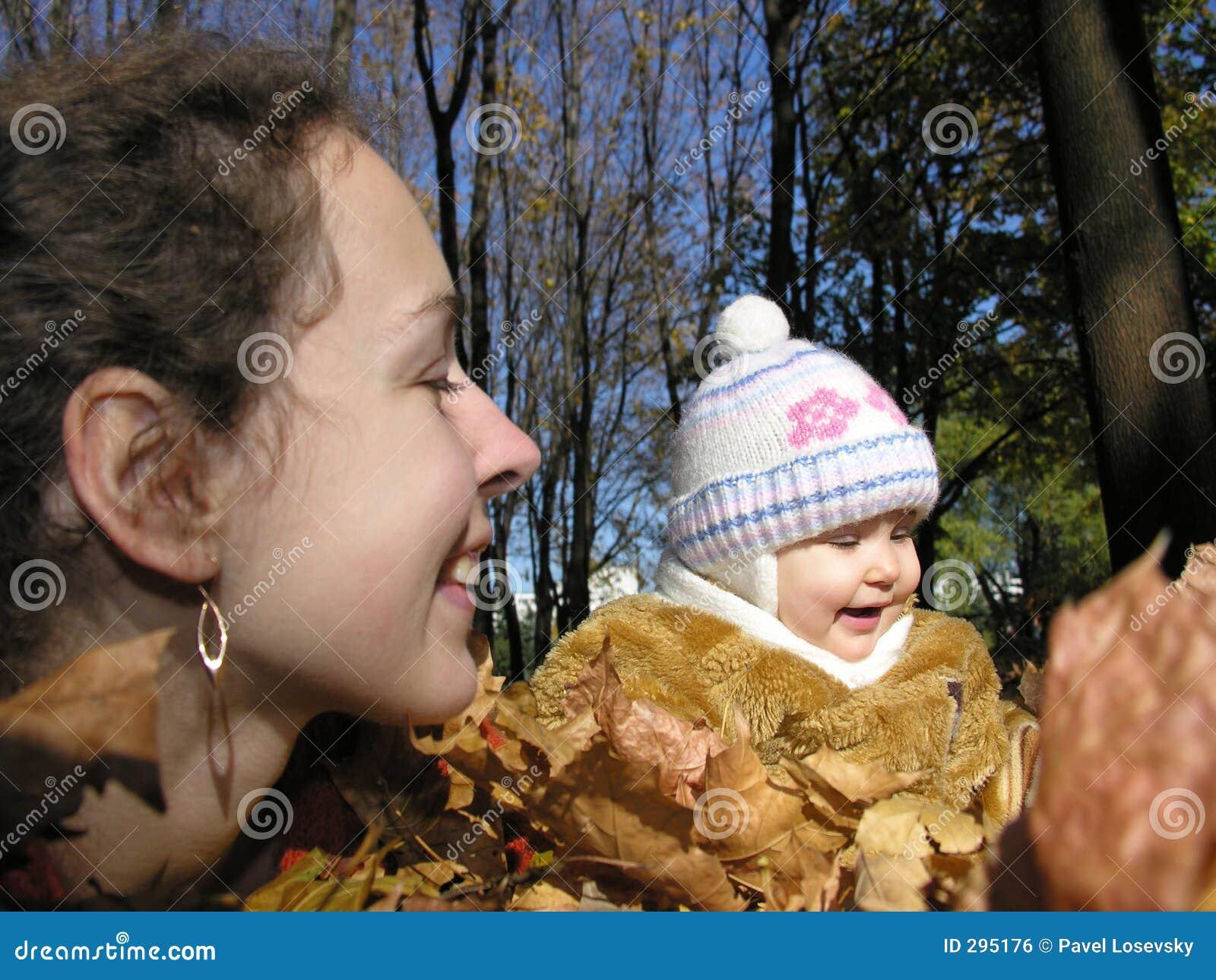 Moeder met dochter in de herfsthout