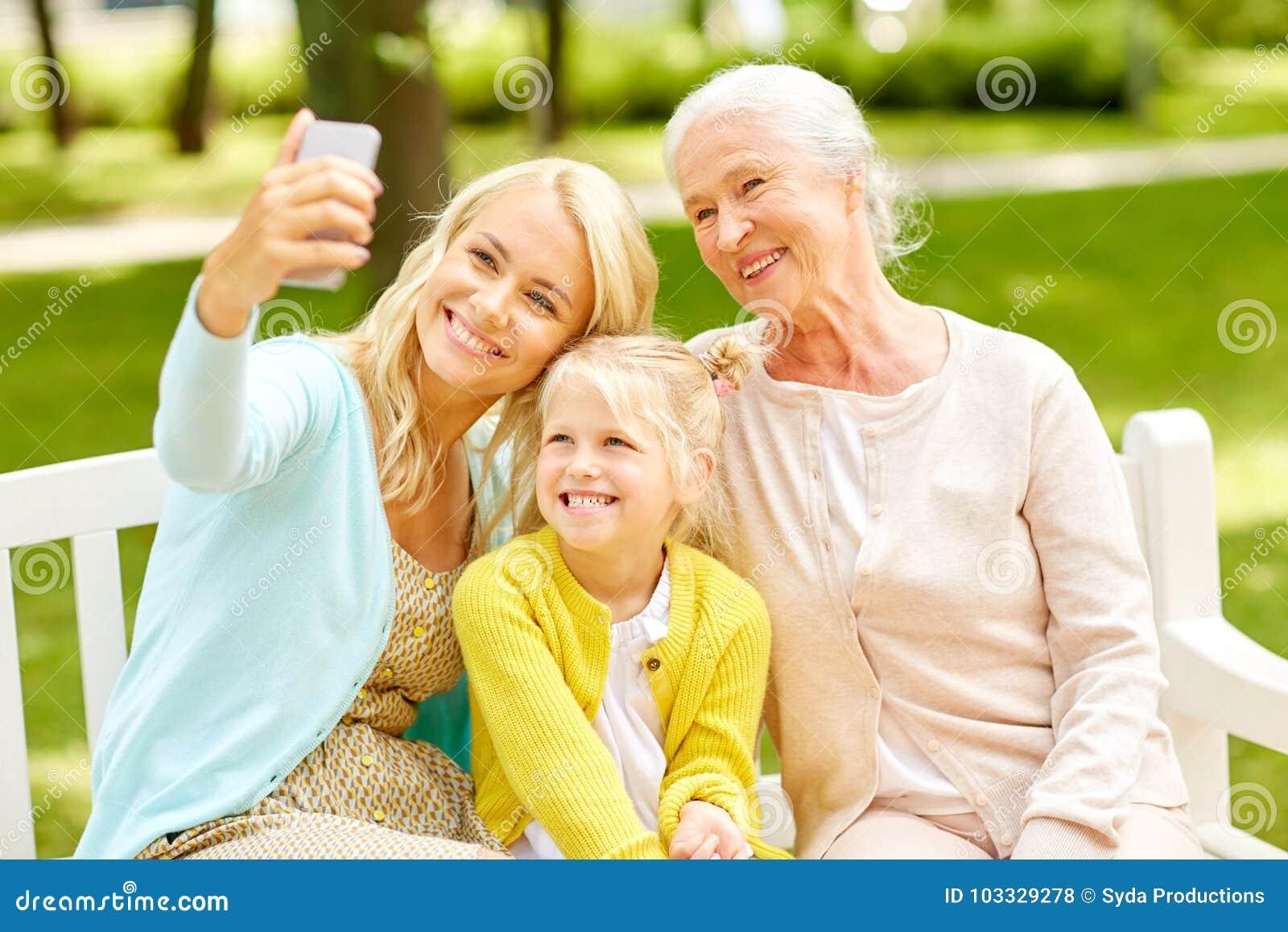 Moeder met dochter en grootmoeder bij park