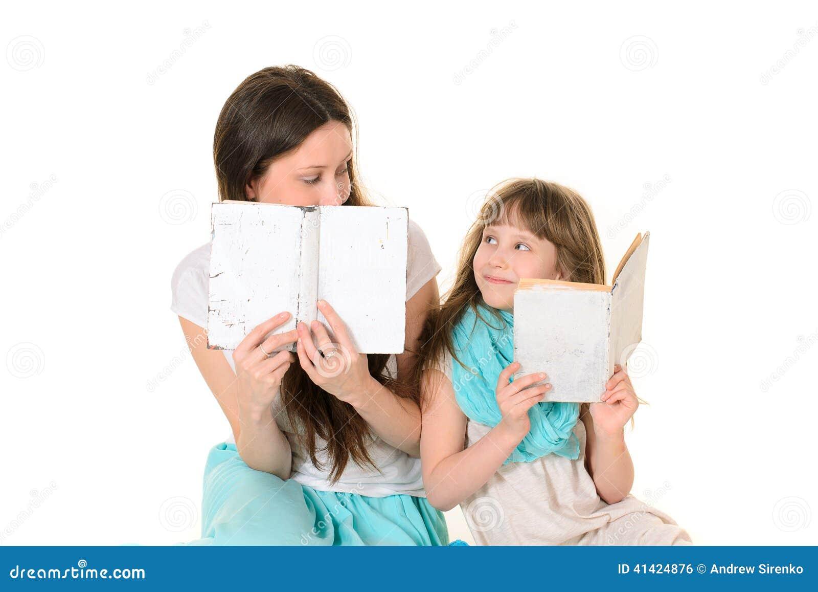 Moeder met haar boek van de dochterlezing