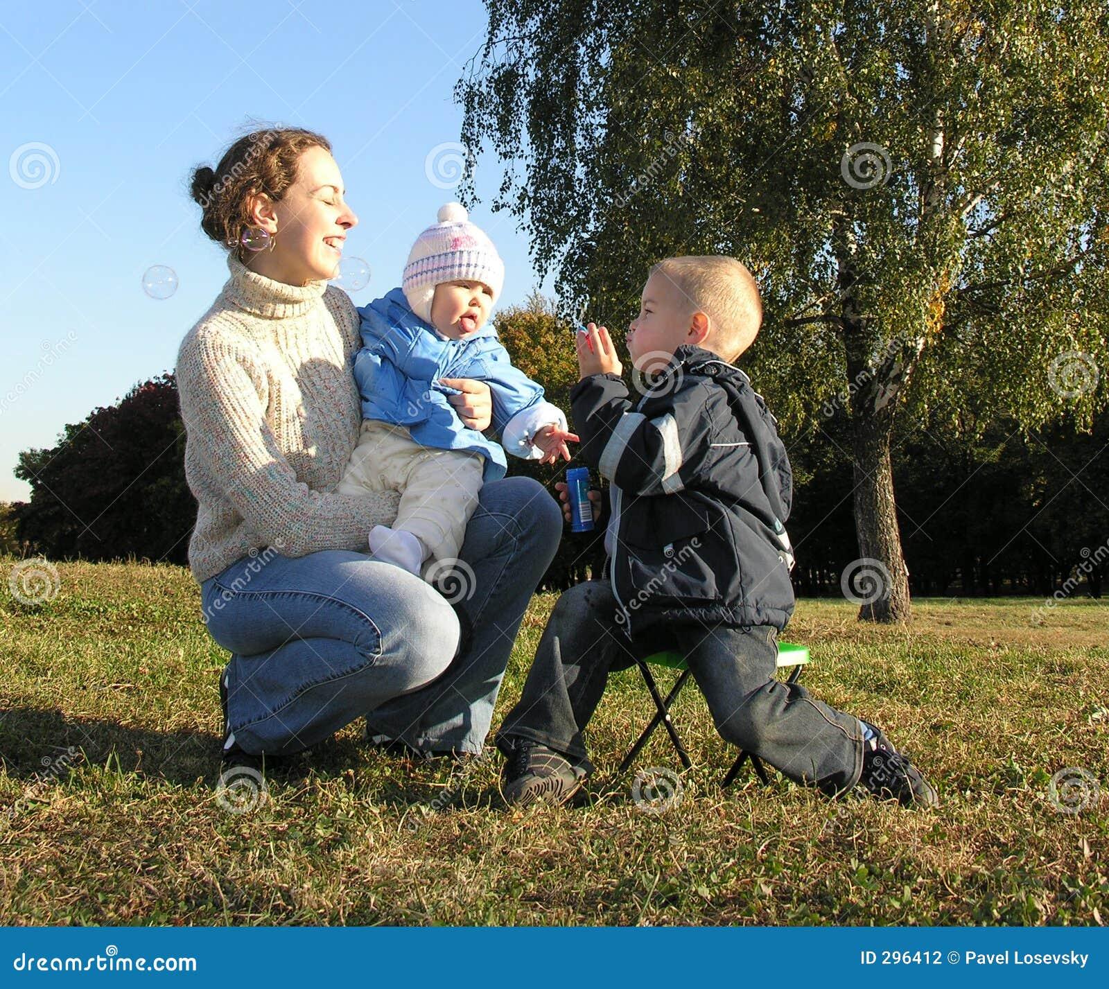 Moeder met kinderen en bellen