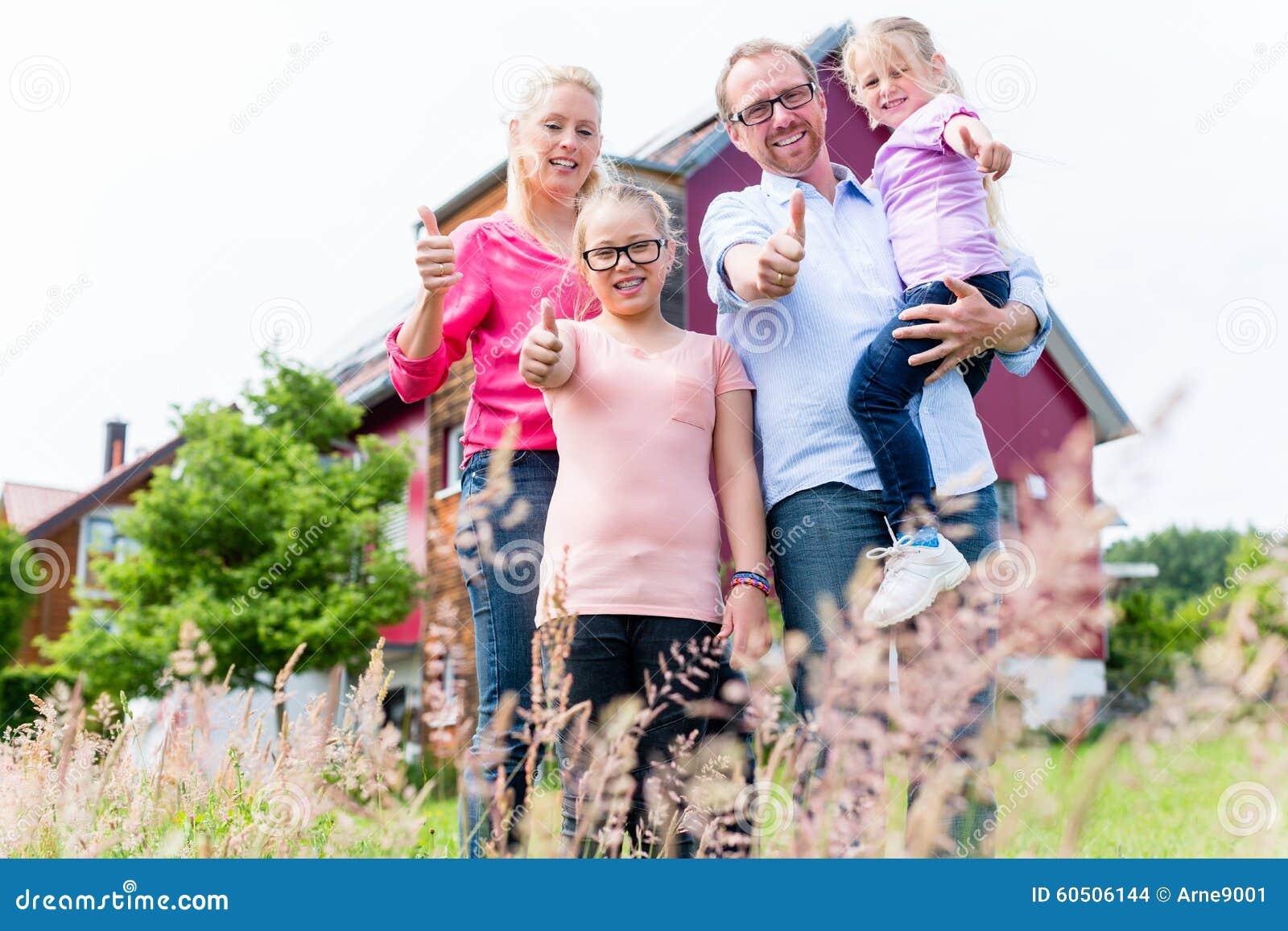 Moeder, vader en kinderen voor huis