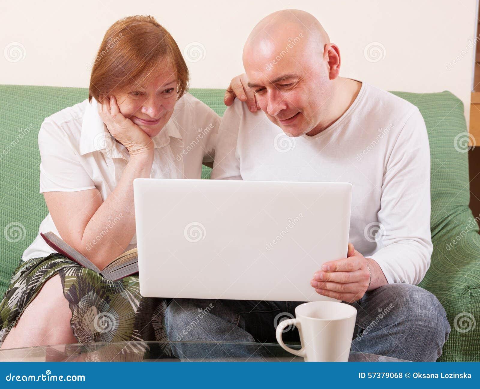 Moeder, zoon en laptop
