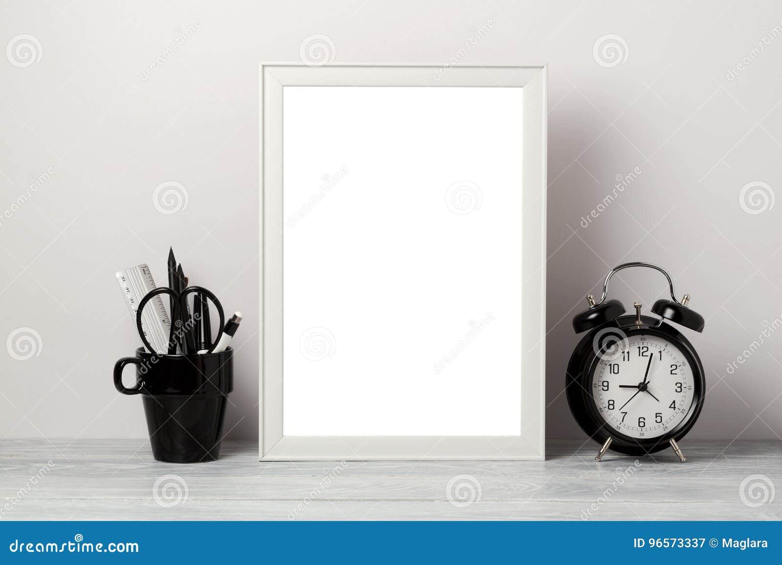 Mofa blanca del marco para arriba con el lápiz y el despertador Fondo interior elegante moderno