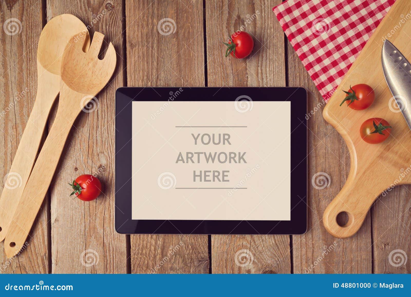 Mofa de la tableta encima de la plantilla con el utensilio de cocinar