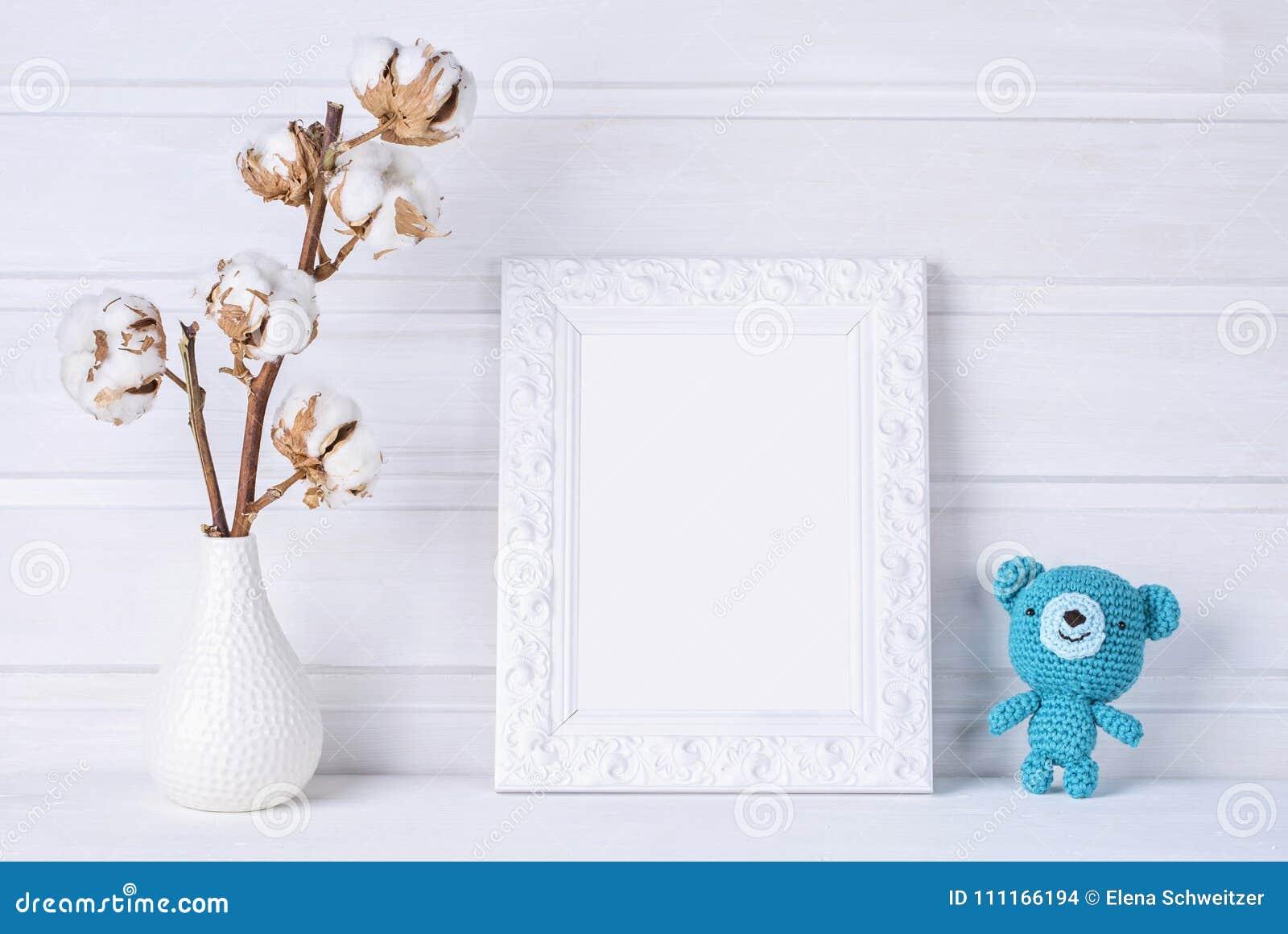 Mofa del blanco encima del marco