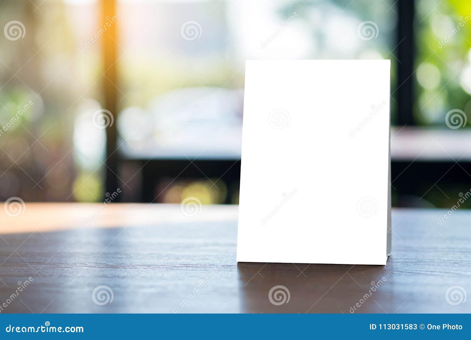 Mofa del soporte encima del diseño borroso tarjeta del fondo de la tienda del marco del menú