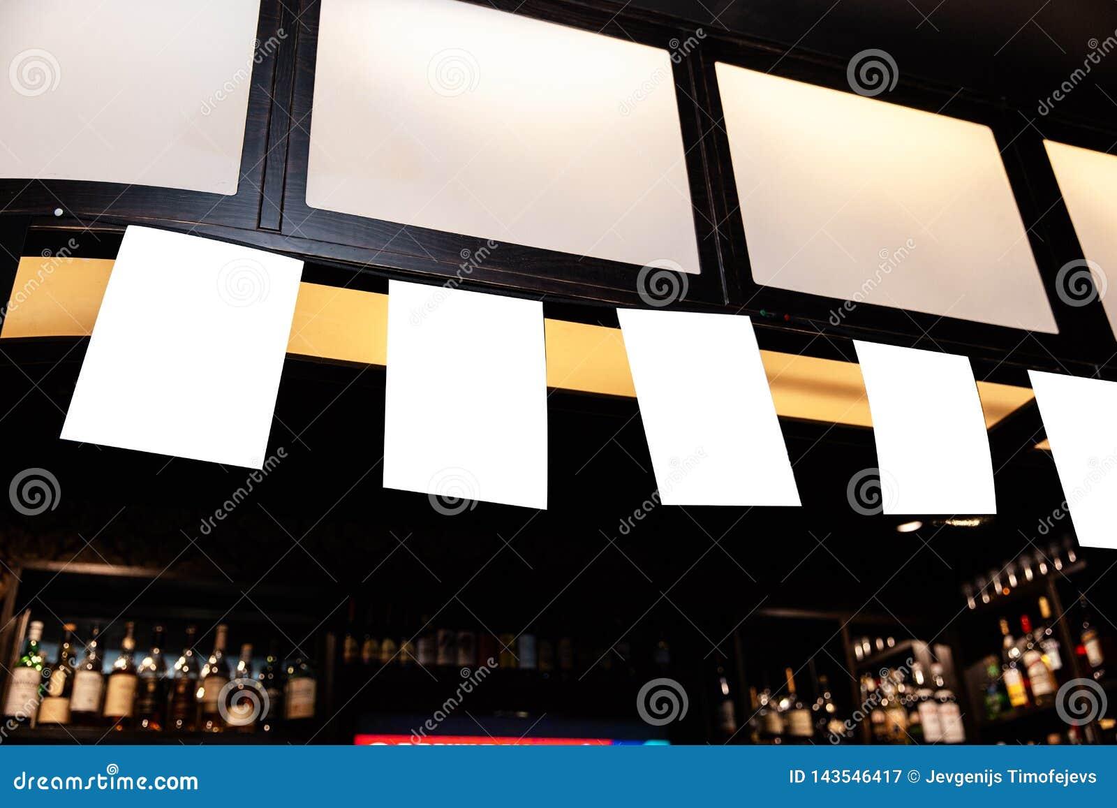 Mofa encima del marco en el fondo borroso de la barra - espacio vacío del anuncio del espacio en blanco para el anuncio