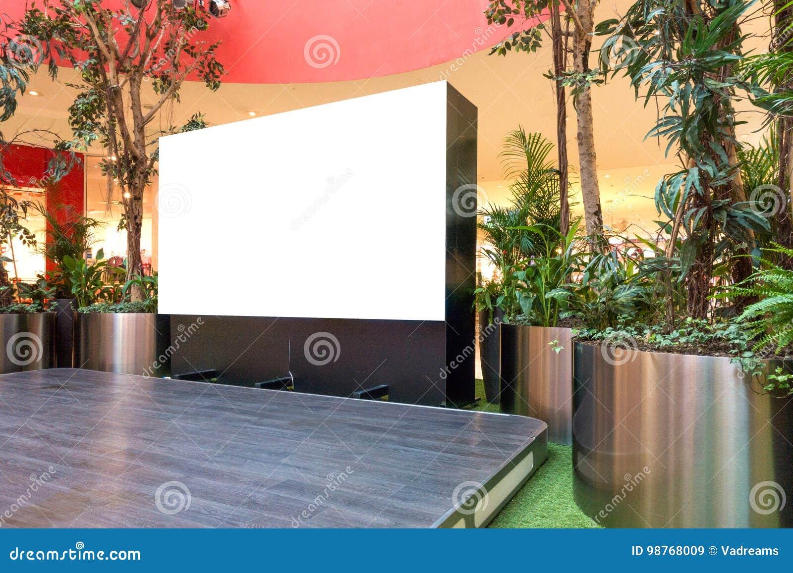 Mofa para arriba Cartelera en blanco, haciendo publicidad del soporte en alameda de compras moderna
