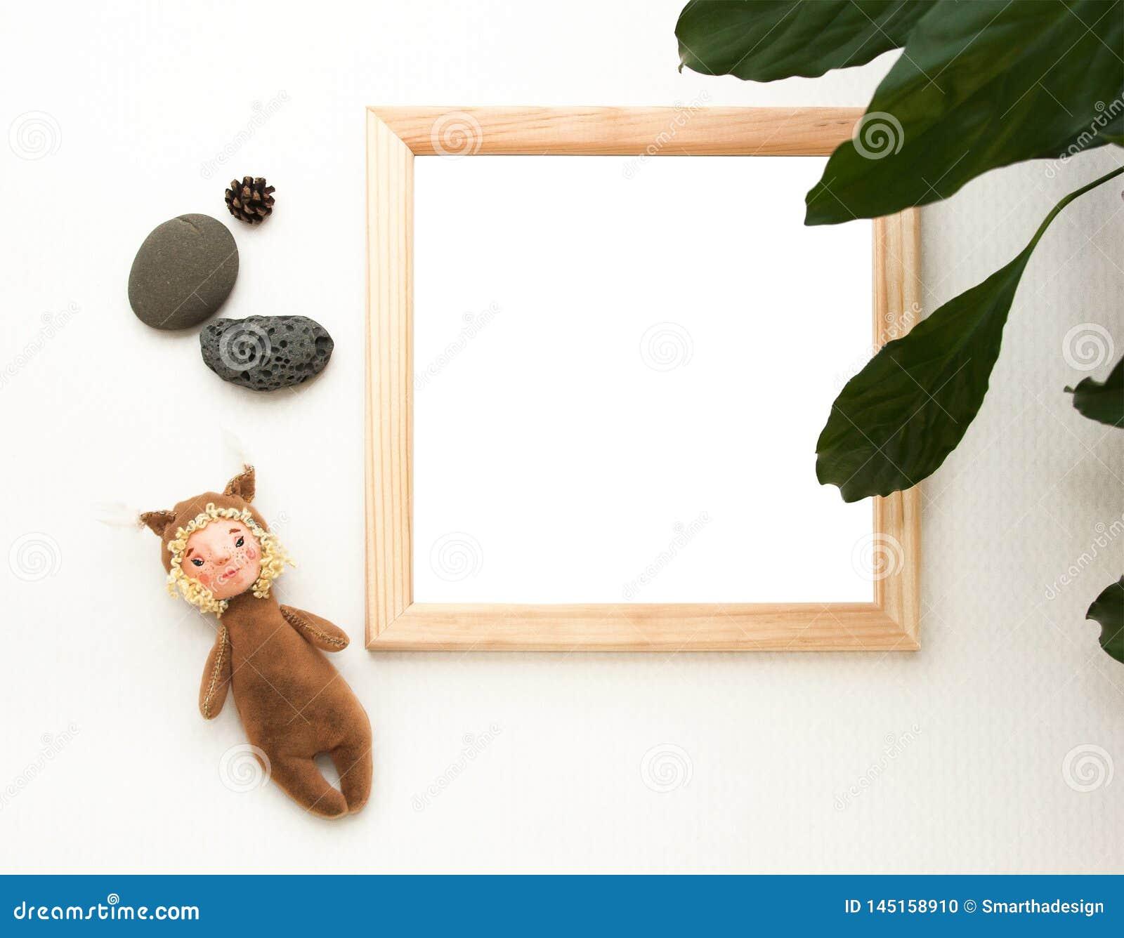 Mofa puesta plana para arriba, visión superior, marco de madera, ardilla del juguete, planta, piedras Disposición interior, maq