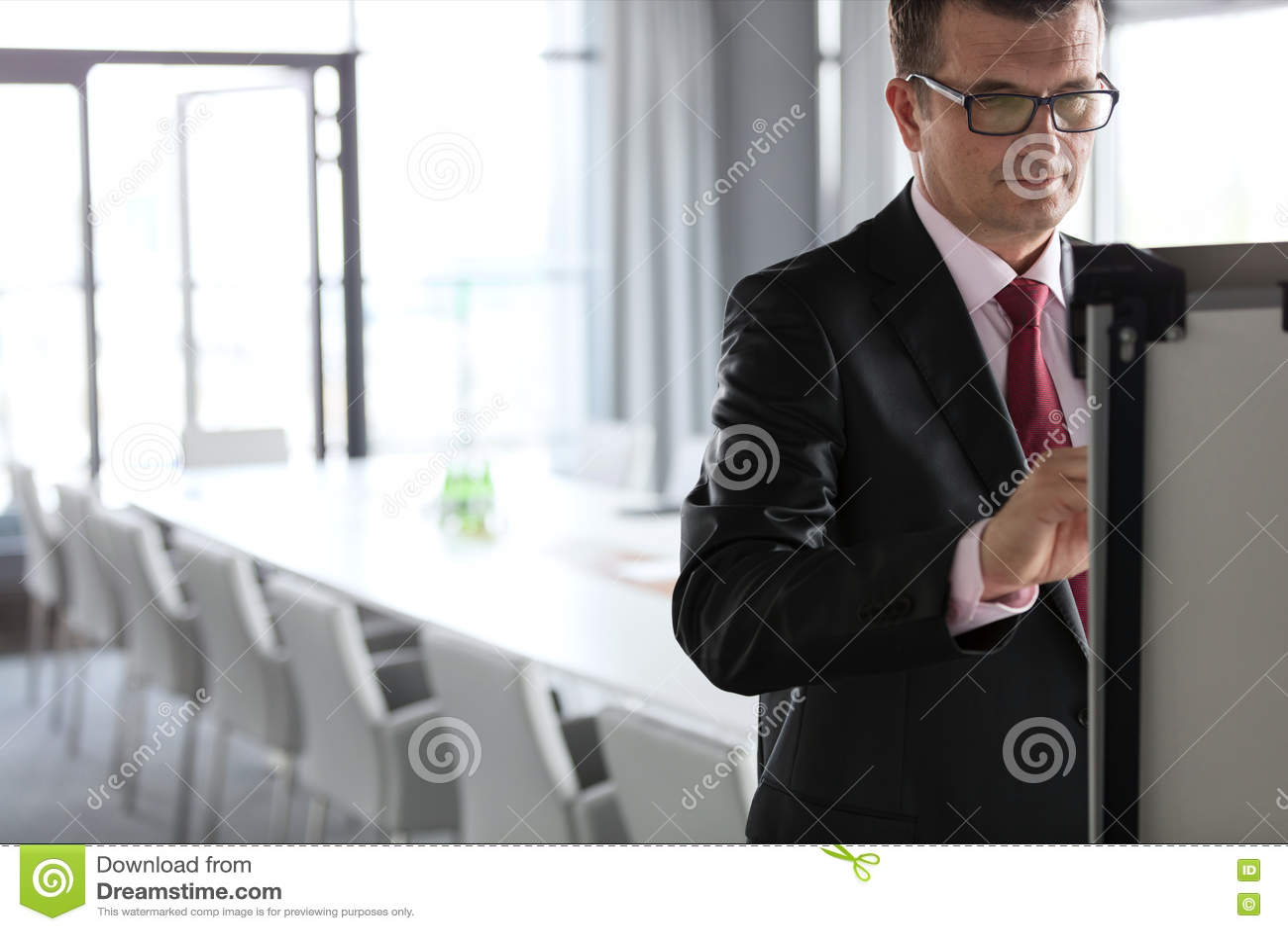 Mogen affärsmanhandstil på whiteboard i bräderum